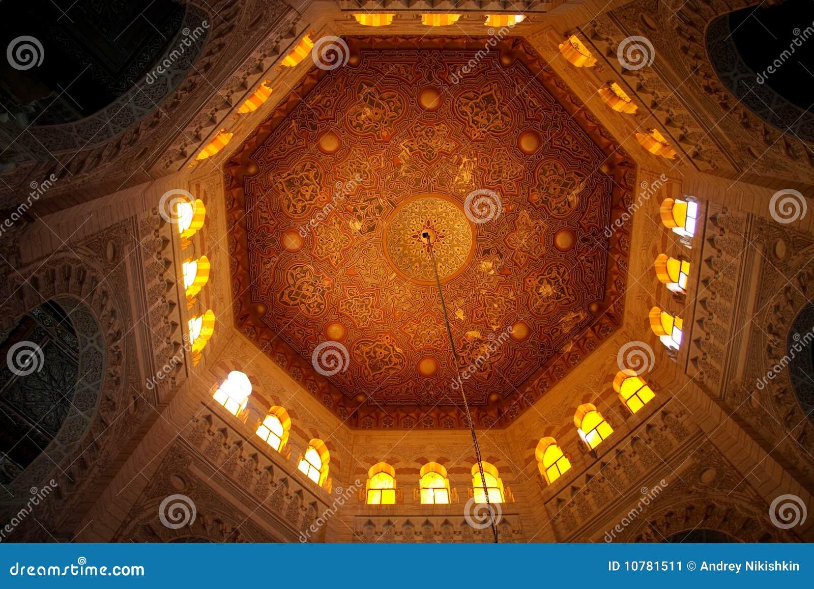 Koepels (binnen een deel) van een oude moskee van Alexandrië