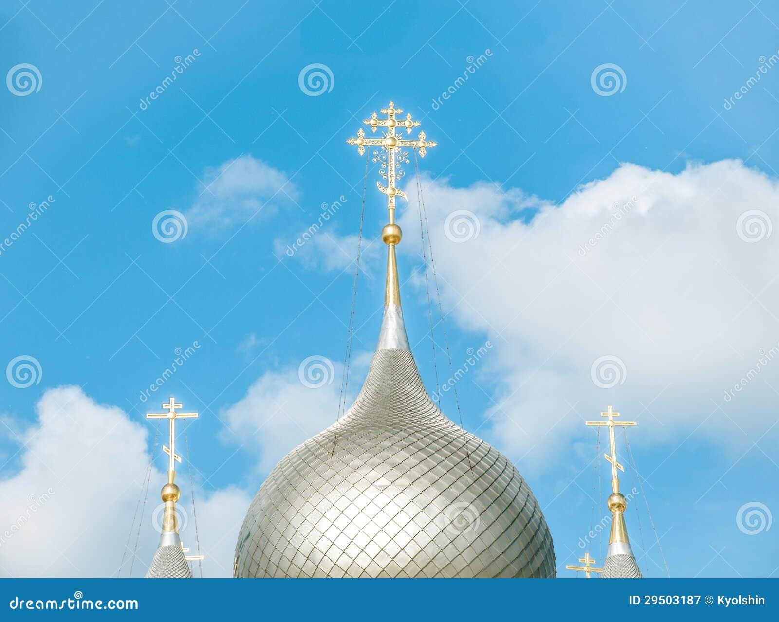 Koepels van Russische kerk tegen blauwe hemel.
