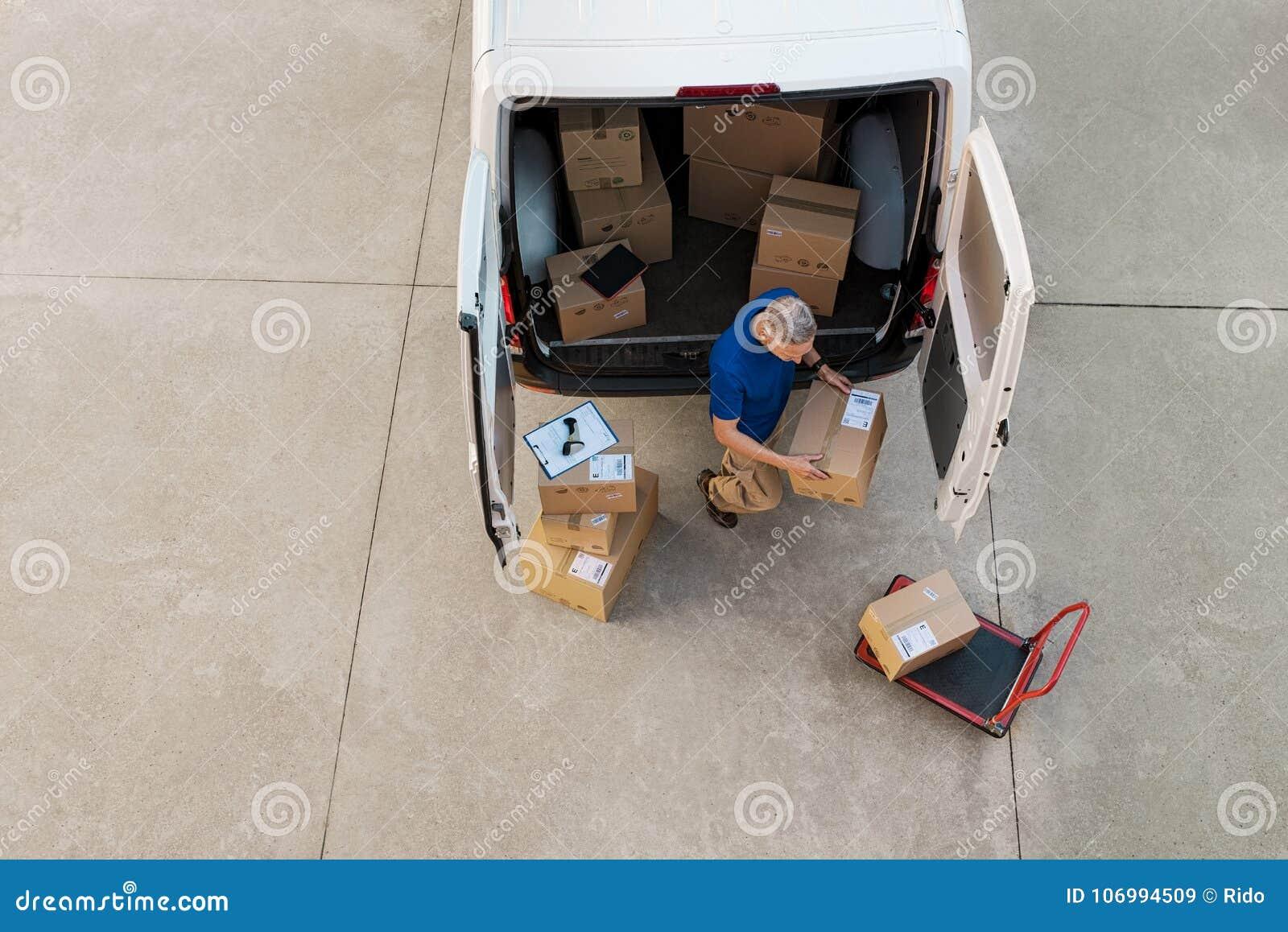 Koerier die pakket levert