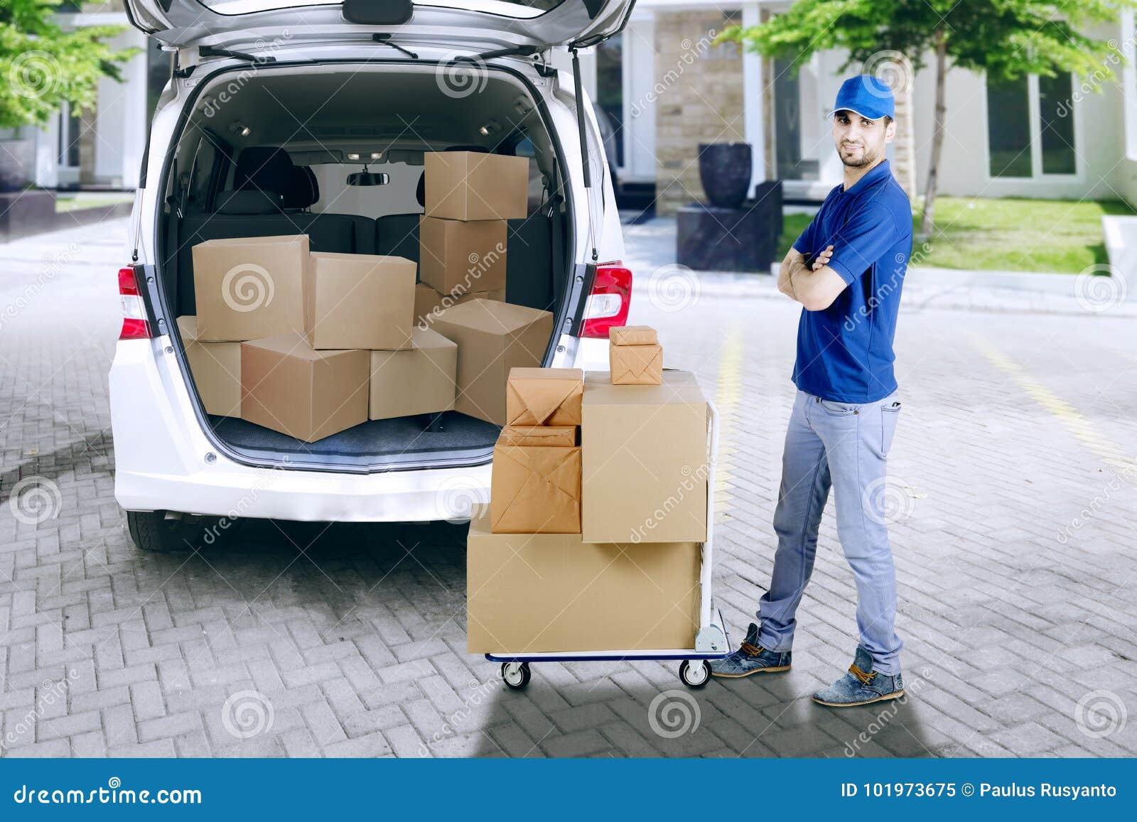 Koerier met stapel van pakket en bestelwagen