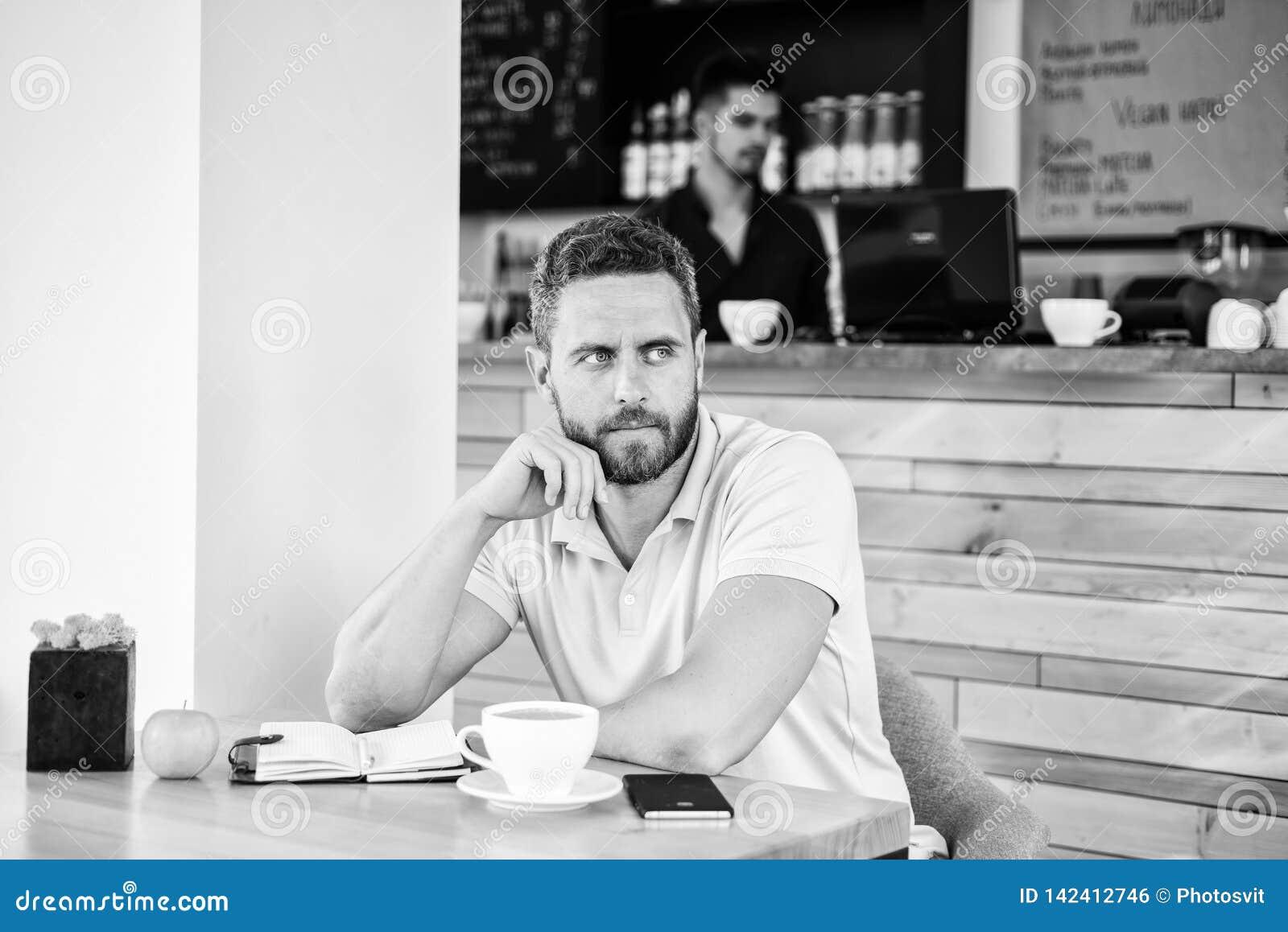 Koffein gör dig produktivare Den allvarliga grabben tycker om upp koffeindrinkslut Starta dagen med den stora koppen kaffe