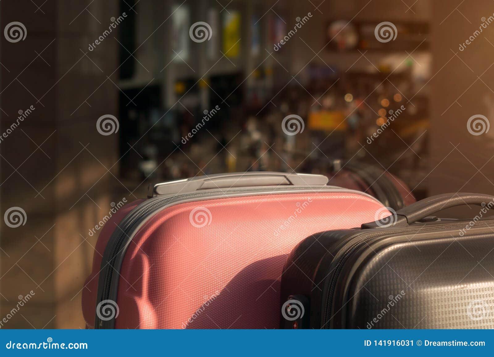 Koffers in de zitkamer van het luchthavenvertrek