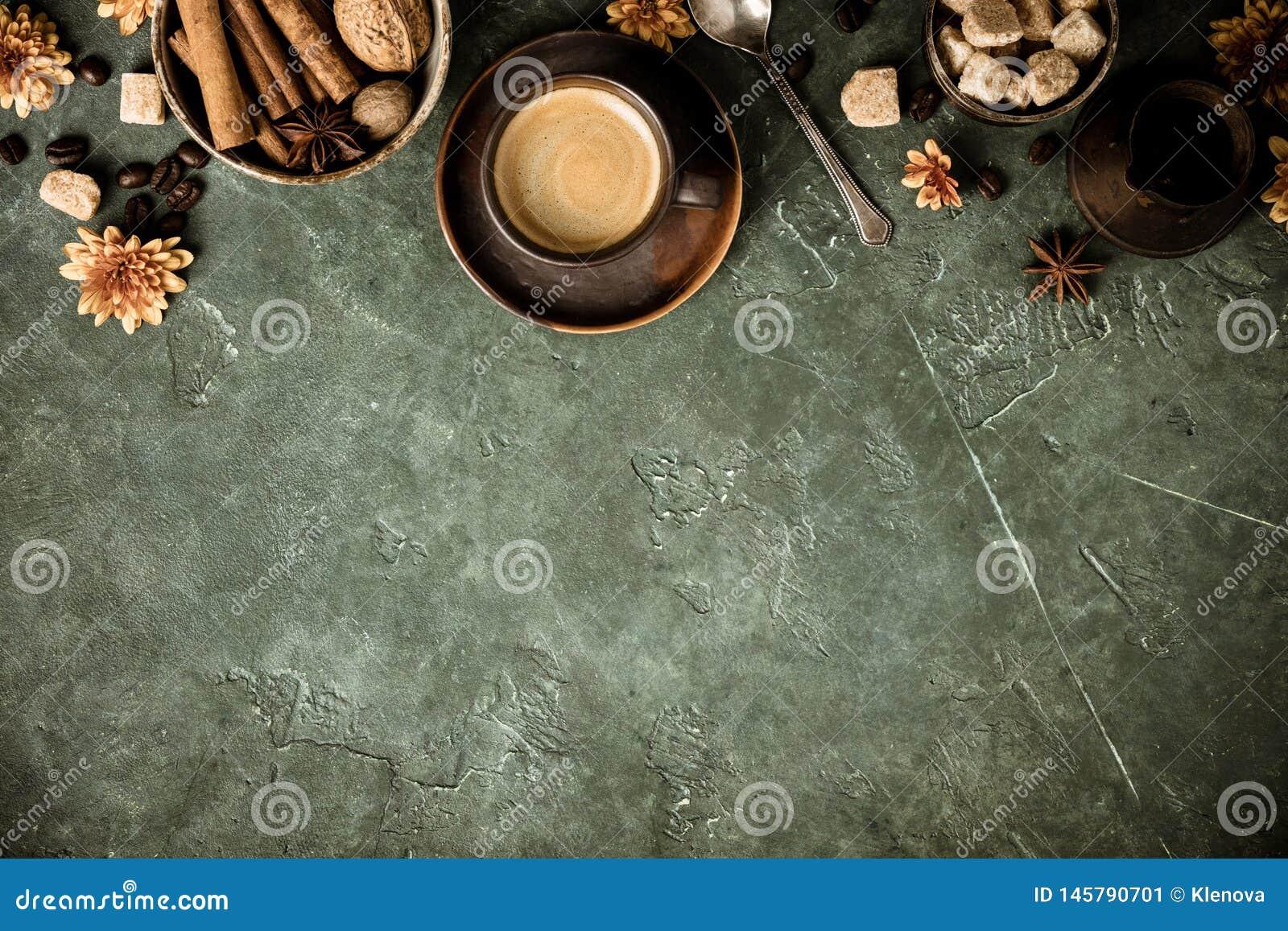 Koffie, bloemen en kruiden op oude groene achtergrond