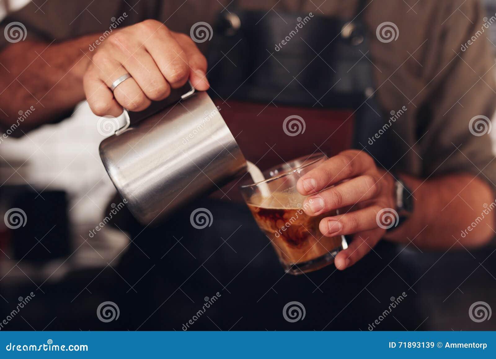 Koffie die door een barista worden voorbereid
