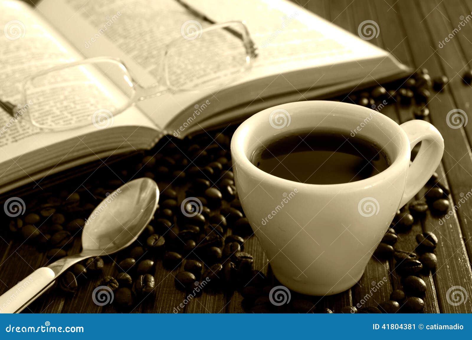 Koffie en open boek