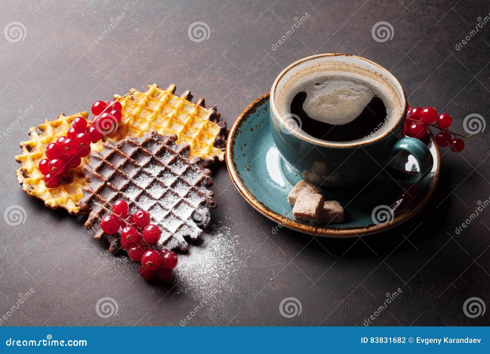 Koffie en wafels met bessen