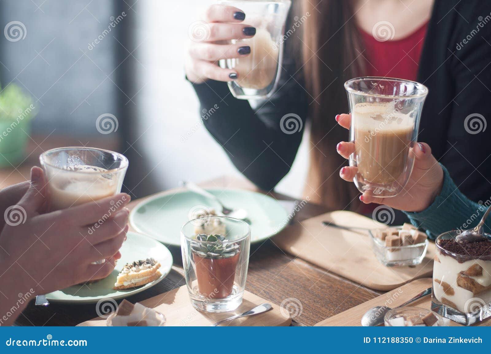 Koffie, melk, kop, heerlijke handen, dessert, comfortabele koffie, zonnige dag, rode spijkers, vrienden, pretbedrijf, mededeling