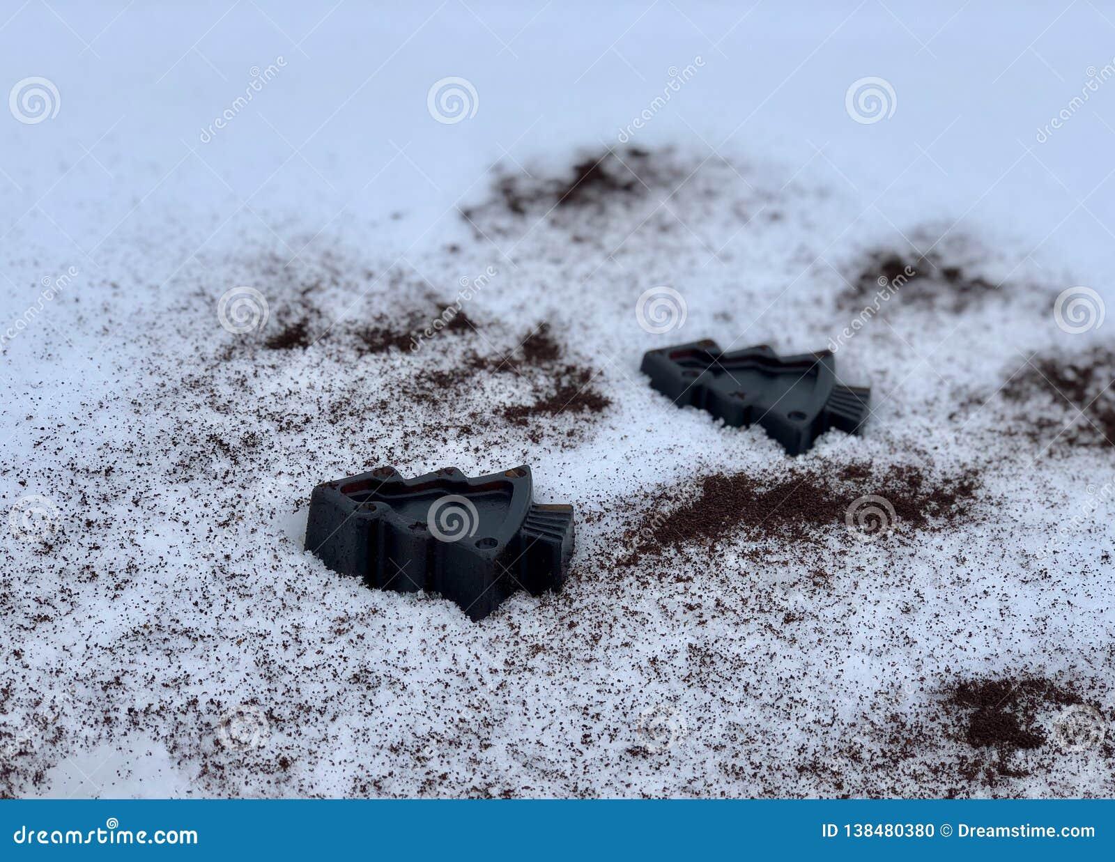 Koffie met de hand gemaakte zeep met kruiden, bomen in de witte sneeuw
