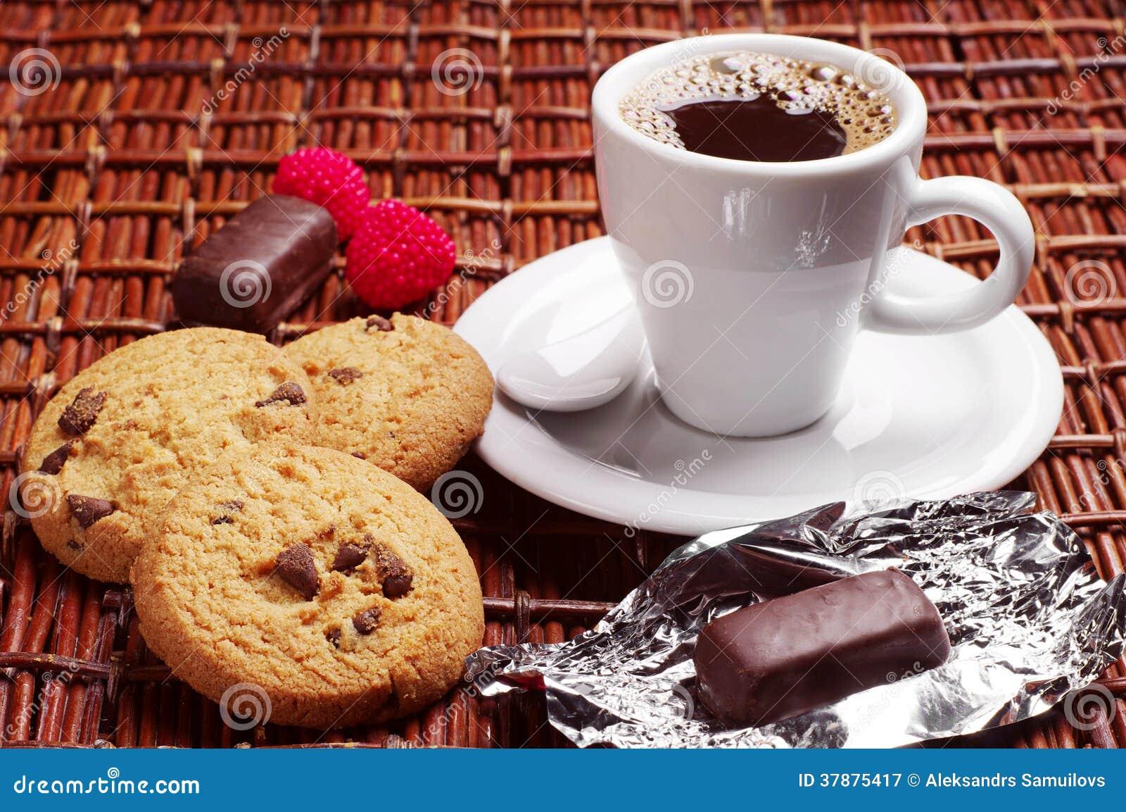Koffie met suikergoed en koekjes