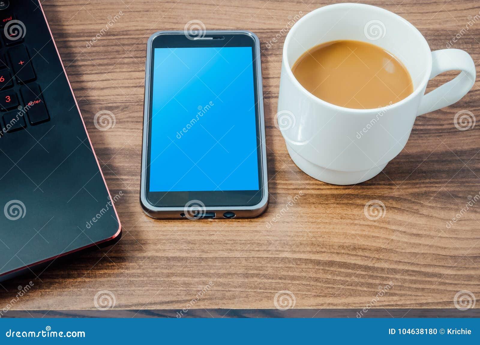 Download Koffie, Slimme Telefoon, En Laptop Stock Foto - Afbeelding bestaande uit blauw, bureau: 104638180
