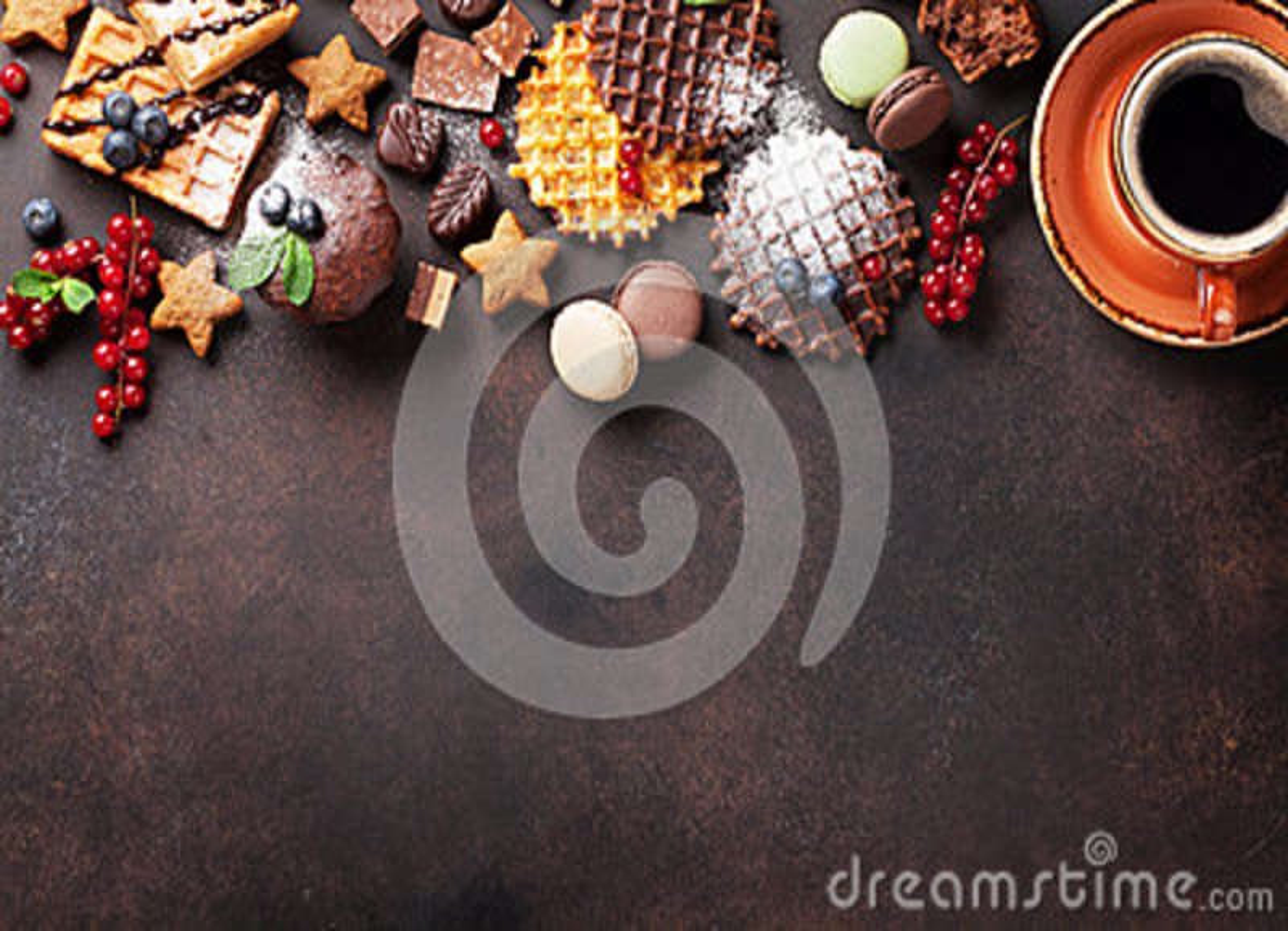 Koffie, snoepjes en wafels met bessen