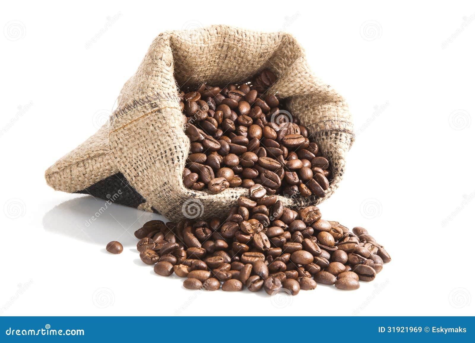 Koffiebonen in bruine zak.