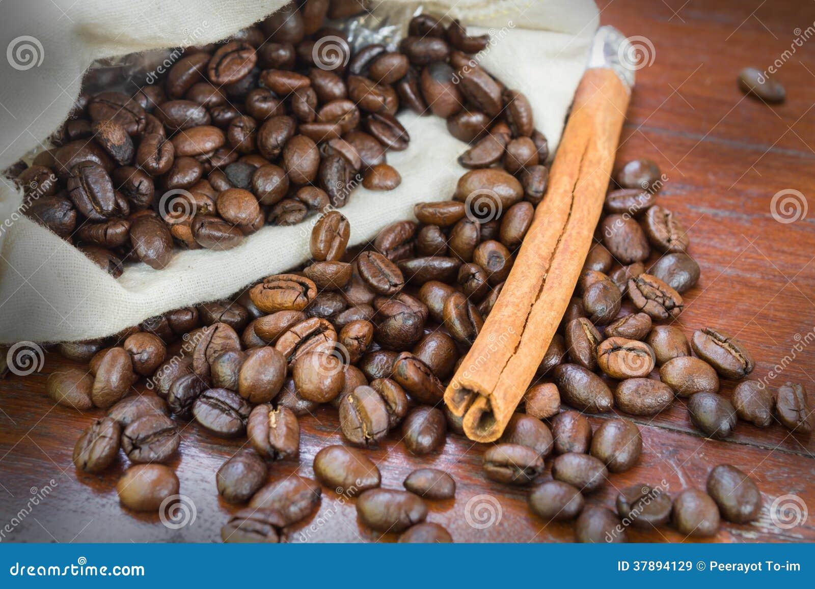 Koffiebonen met kaneel.