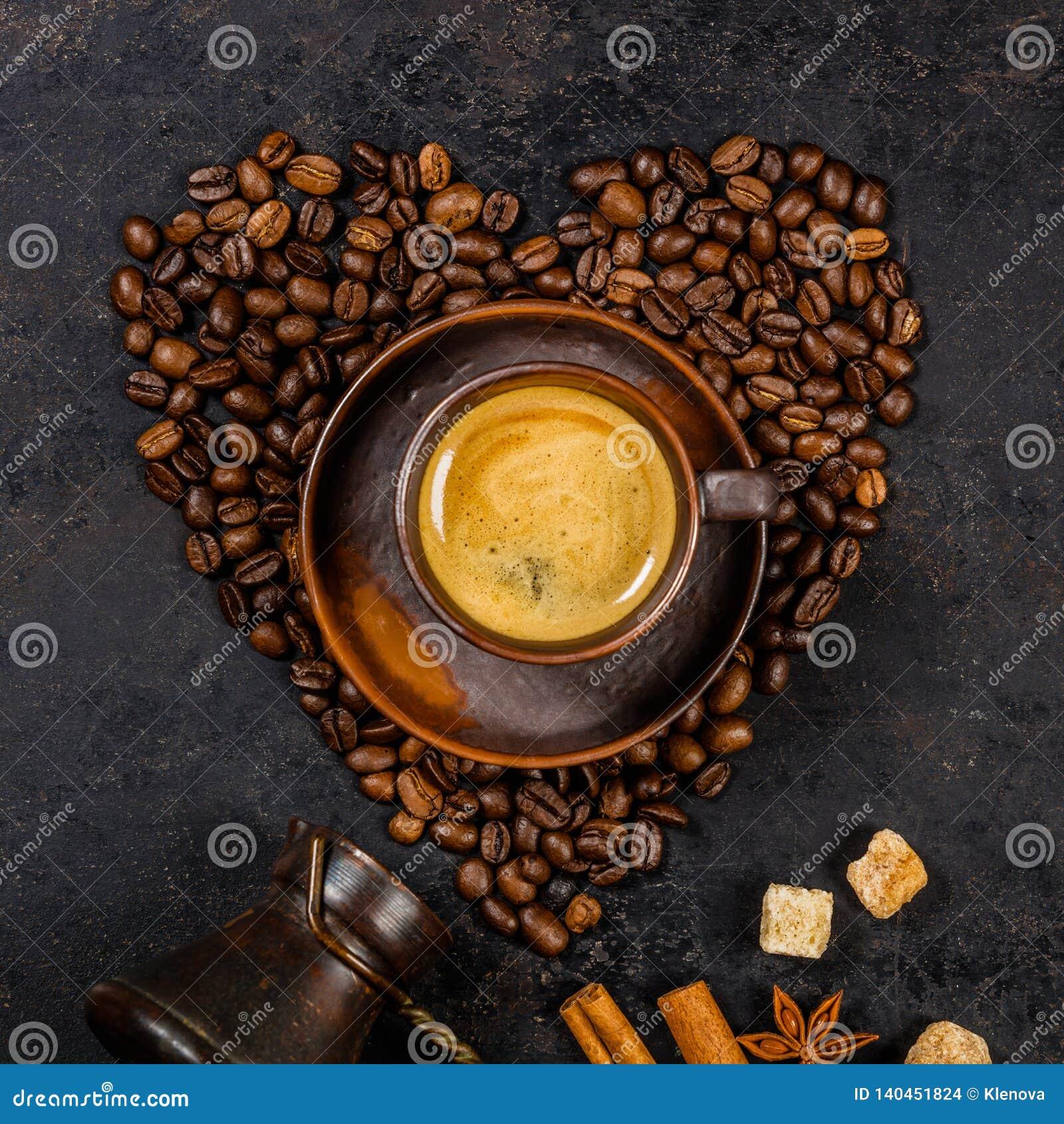 Koffiebonen in vorm van hart en espresso