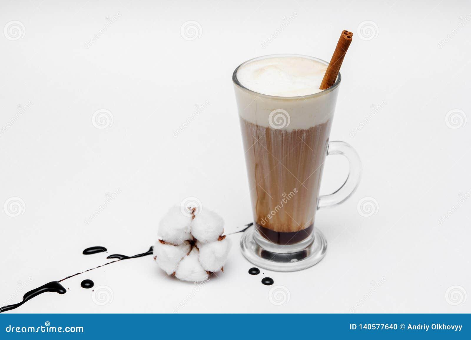 Koffiecappuccino met kaneel en anijsplantsterren op witte achtergrond