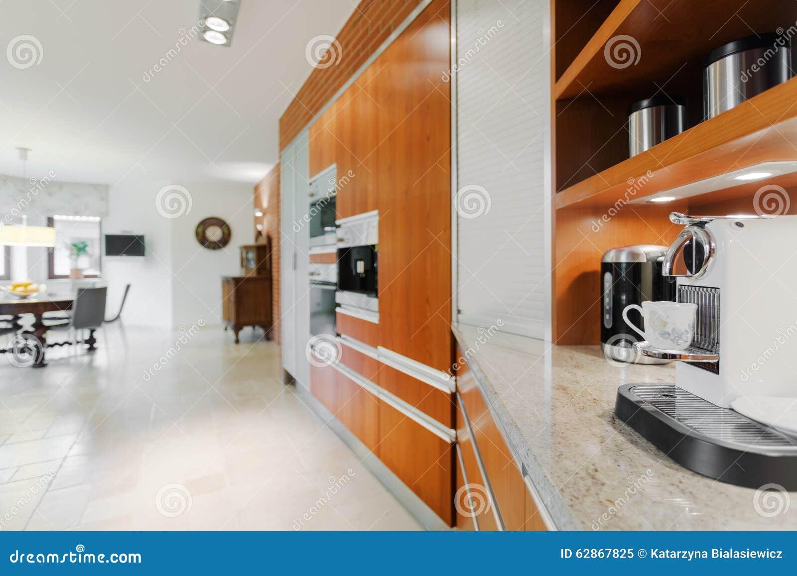 Koffiemachine De Keuken : Koffiemachine in elegante keuken stock afbeelding afbeelding