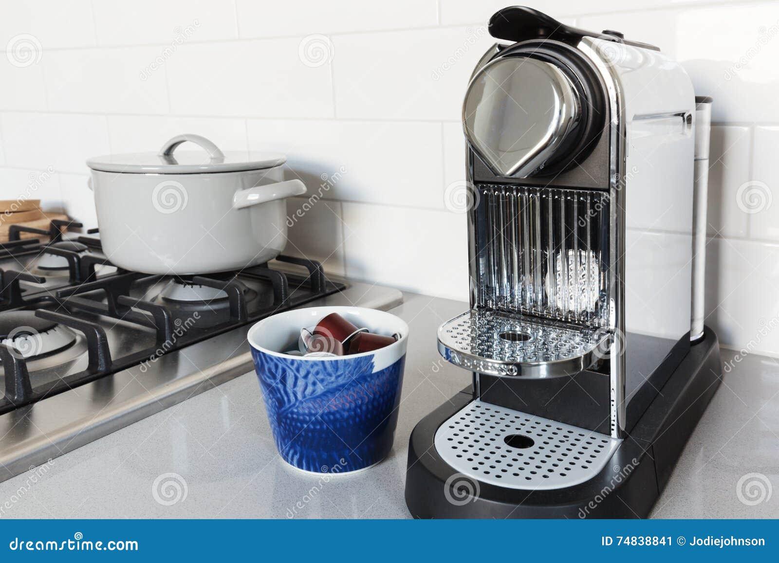 Koffiemachine De Keuken : Koffiemachine op een keuken benchtop in een huis stock afbeelding