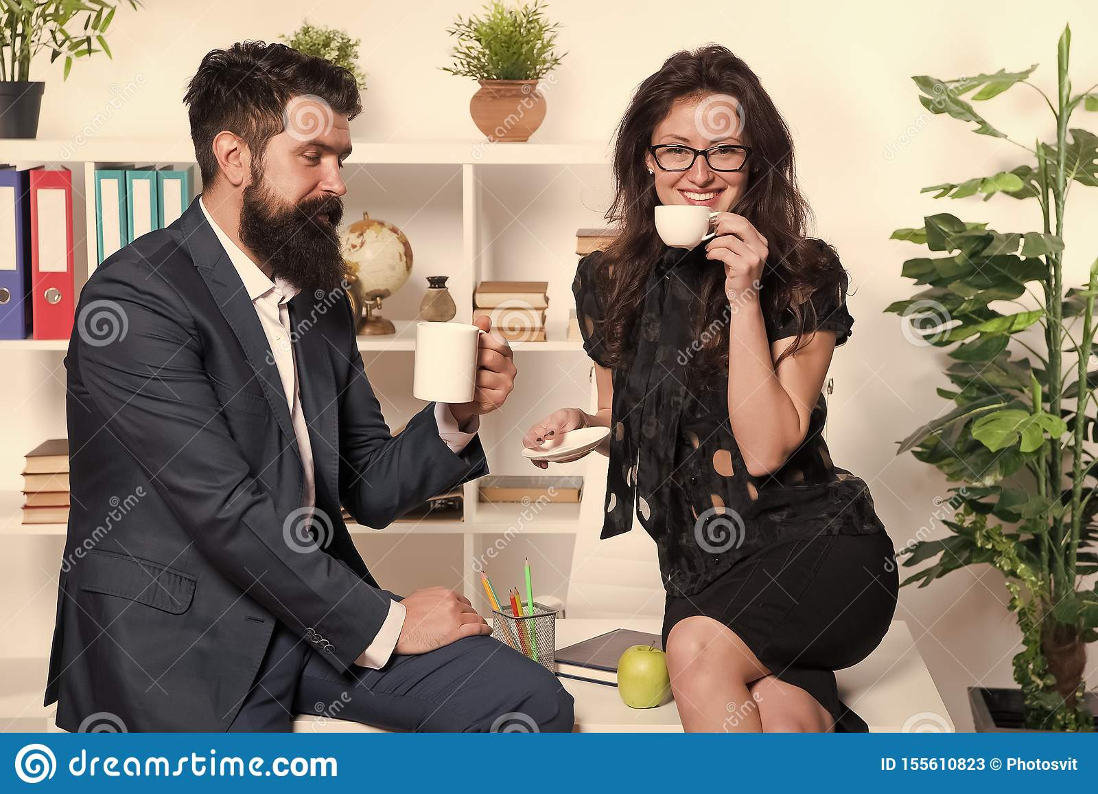 Koffiepauze met collega Man en vrouwen prettig gesprek tijdens koffiepauze Het bespreken van bureaugeruchten Vraag om