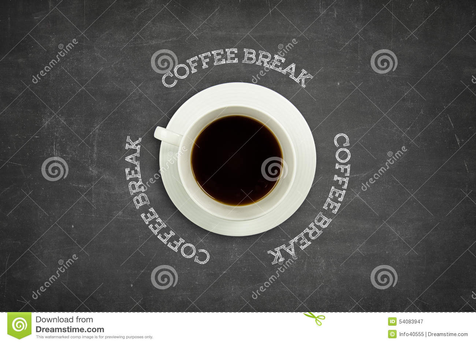 Koffiepauzetekst op bord met koffiekop