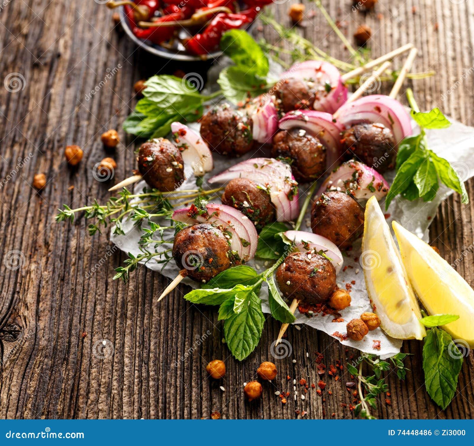 Koftavleespennen, vleesballetjes en rode ui met toevoeging van verse munt en thyme