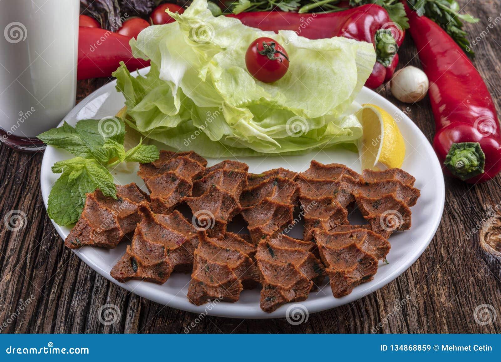 Kofte сигарет, блюдо сырого мяса в турецких и армянских кухнях E
