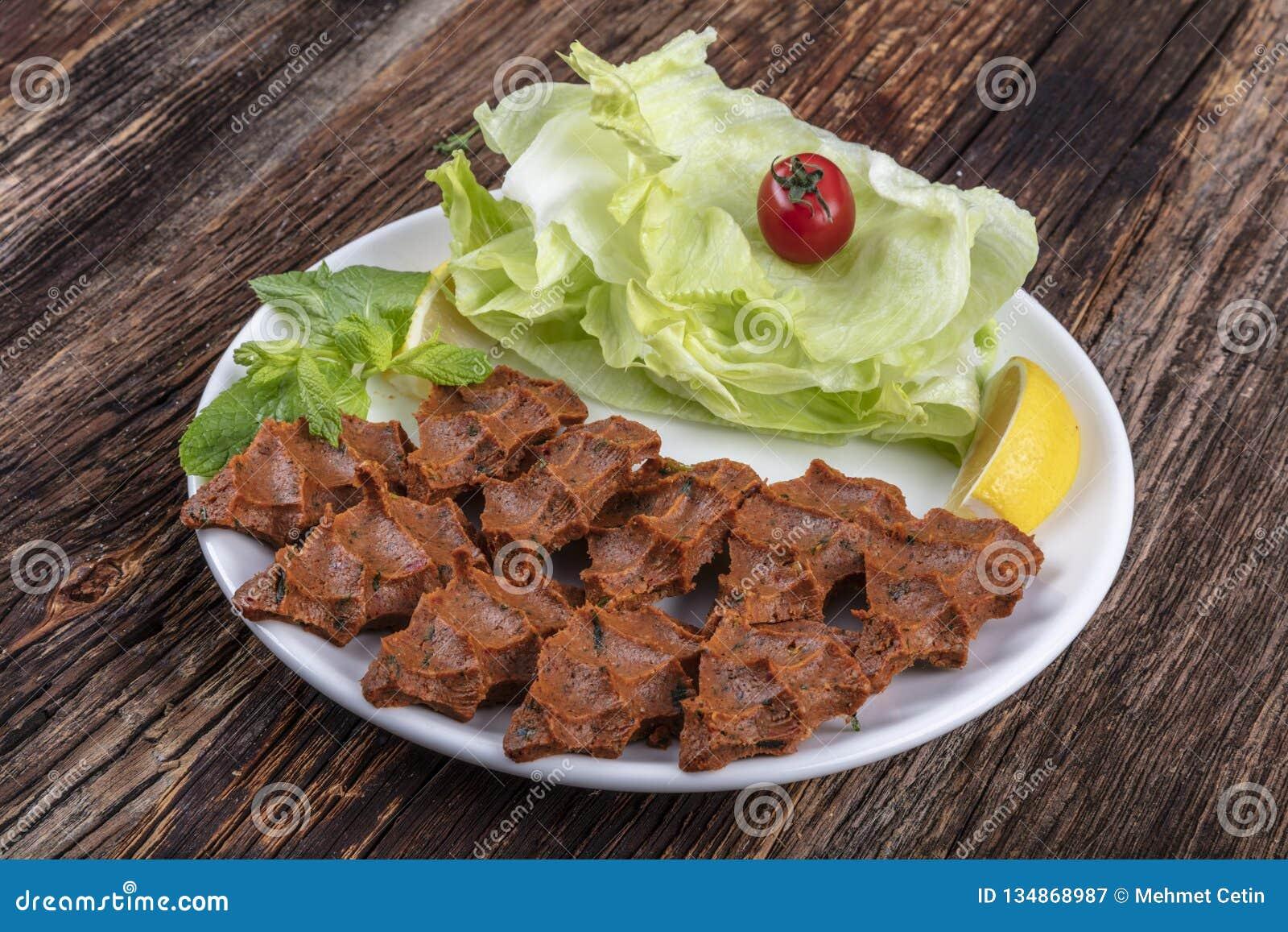 Kofte de clope, un plat de viande crue en cuisines turques et arméniennes E