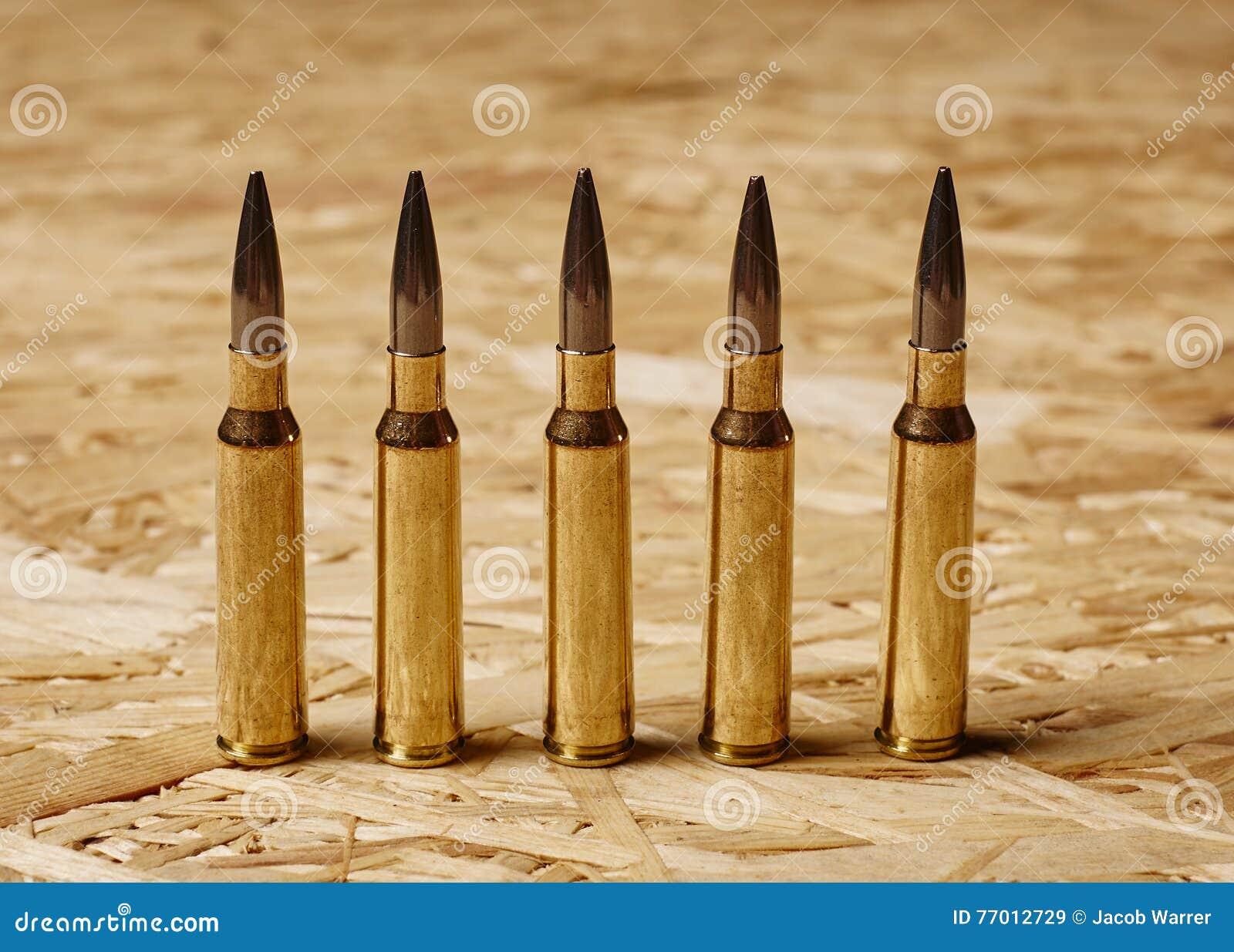 Kogels op houten textuur die zich op een rij bevinden