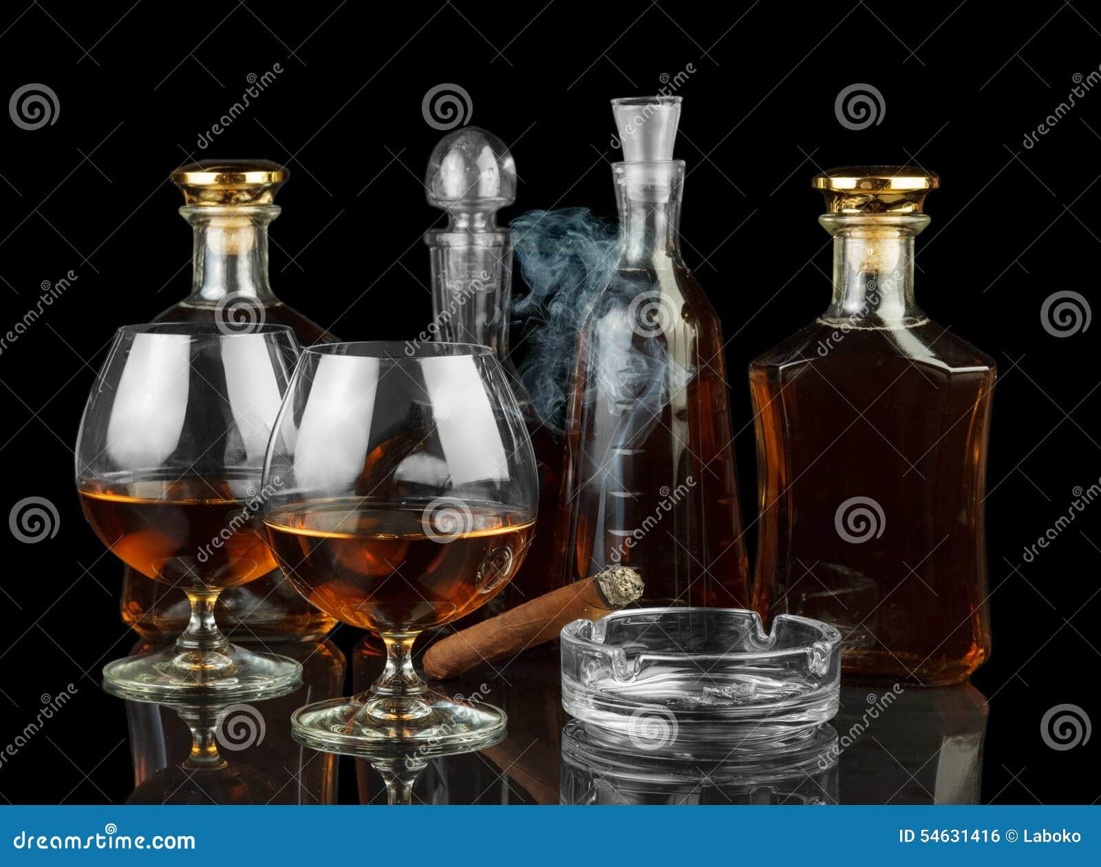 Kognak in den Flaschen und in den Gläsern