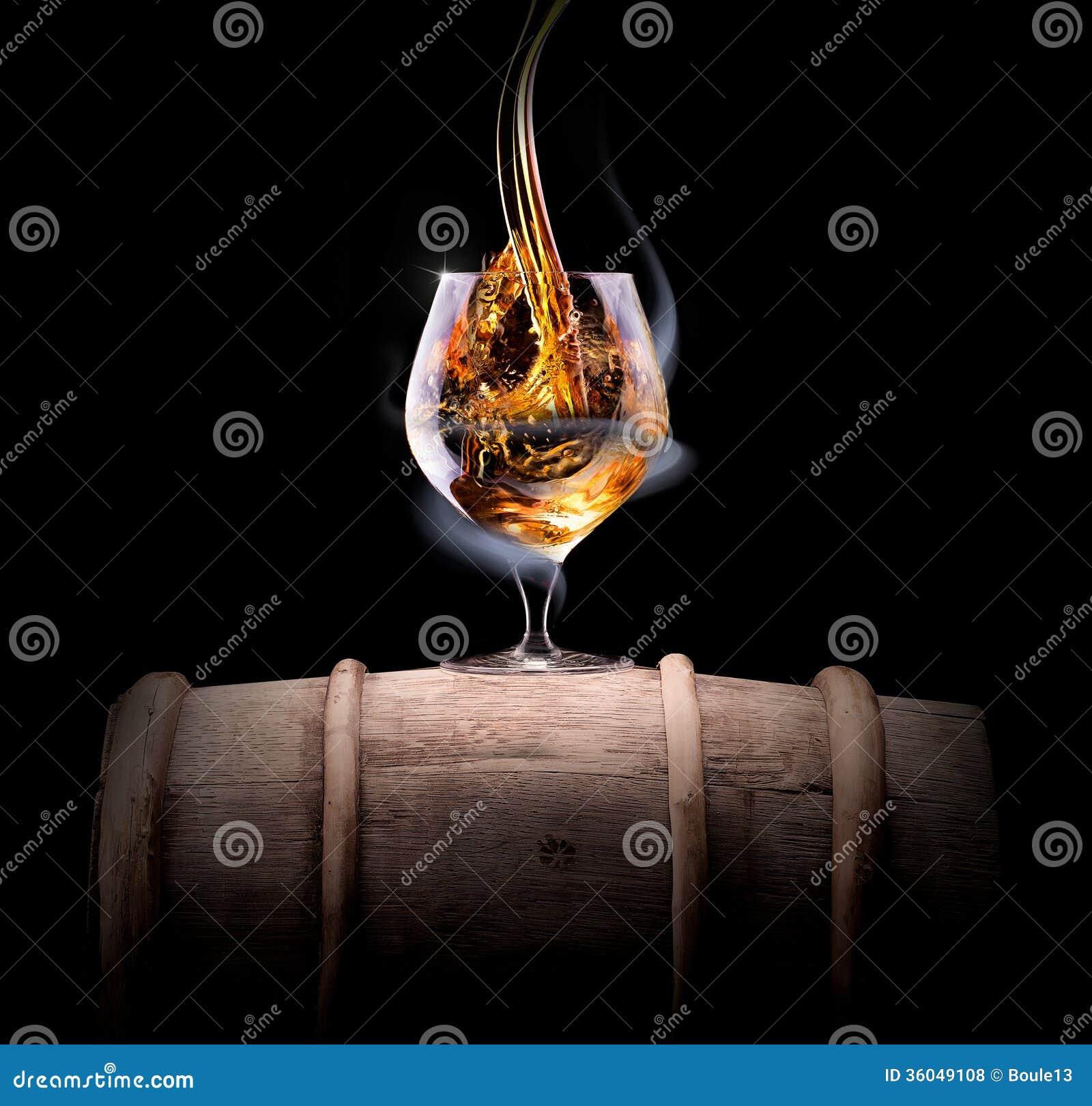 Kognakglas eingehüllt in einen Rauch