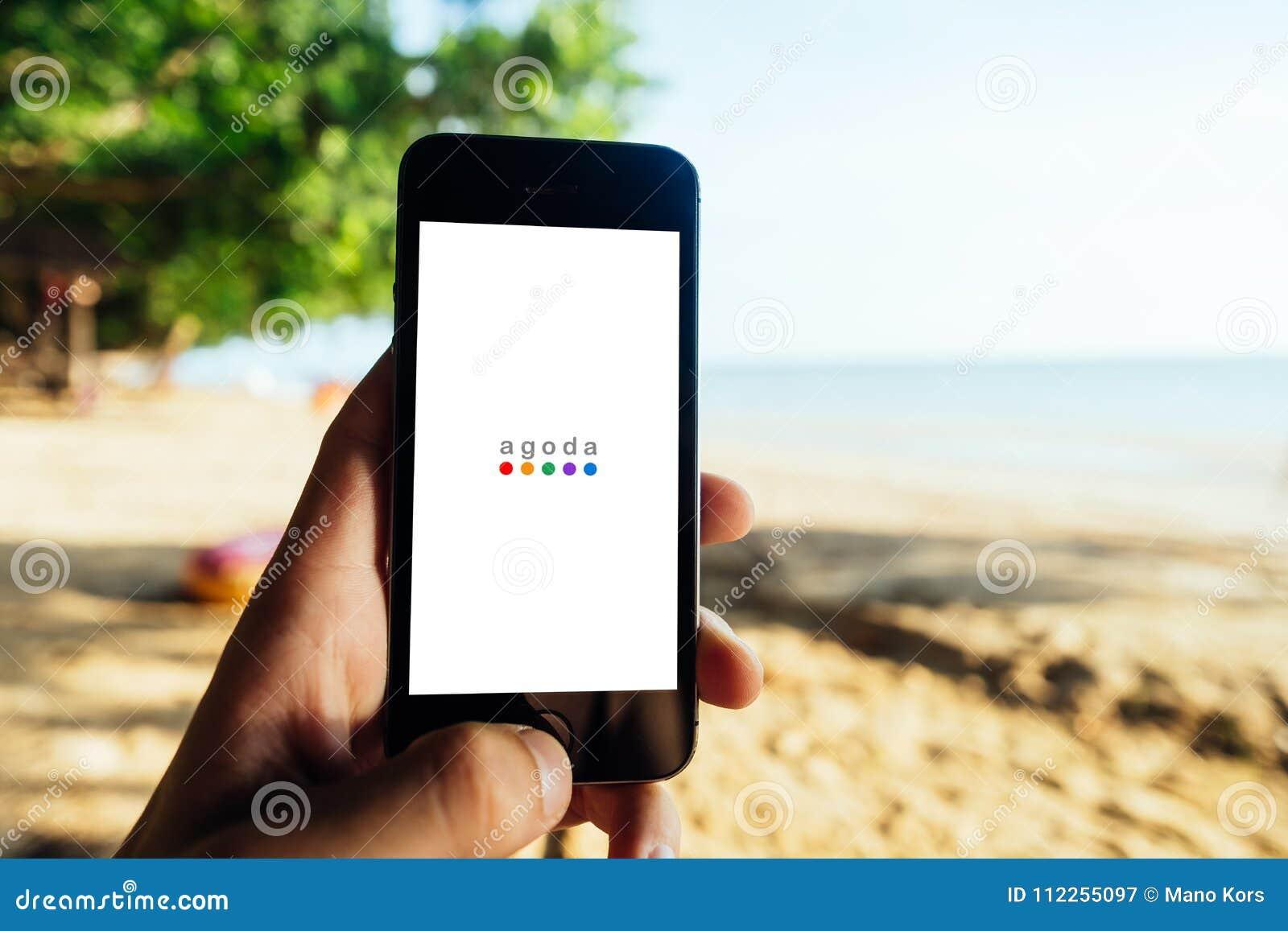Koh Lanta, THAÏLANDE - 13 mars 2018 : Plan rapproché d écran d iPhone avec le LOGO d AGODA pendant l écran de début