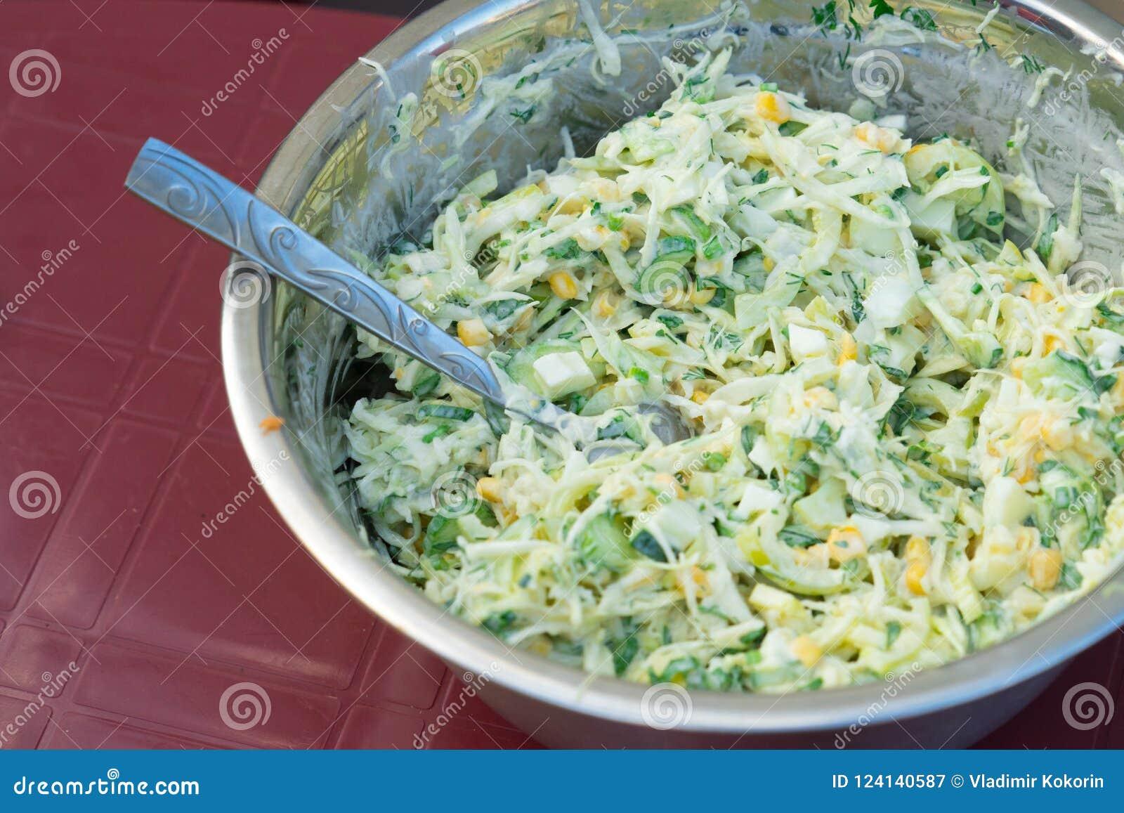 Kohlsalat mit Mais und Gurken Geschmackvoll und gesund