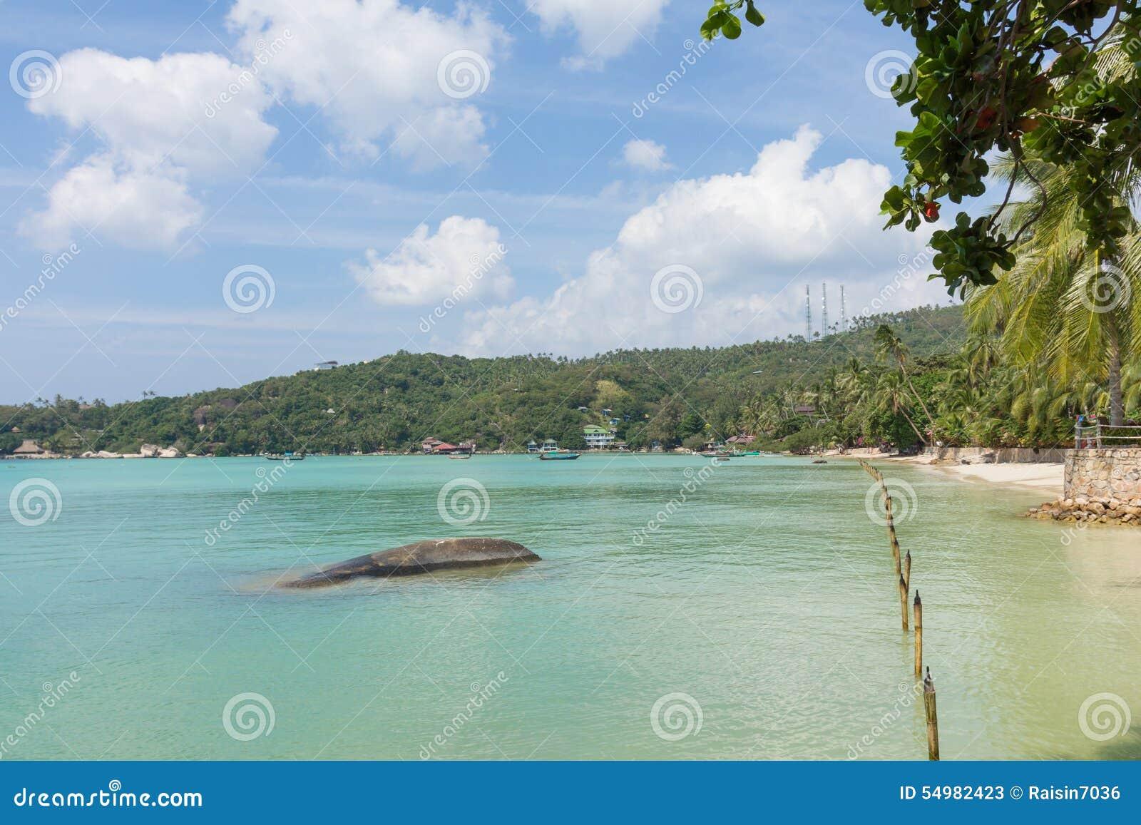 Kohtao strand med blå himmel
