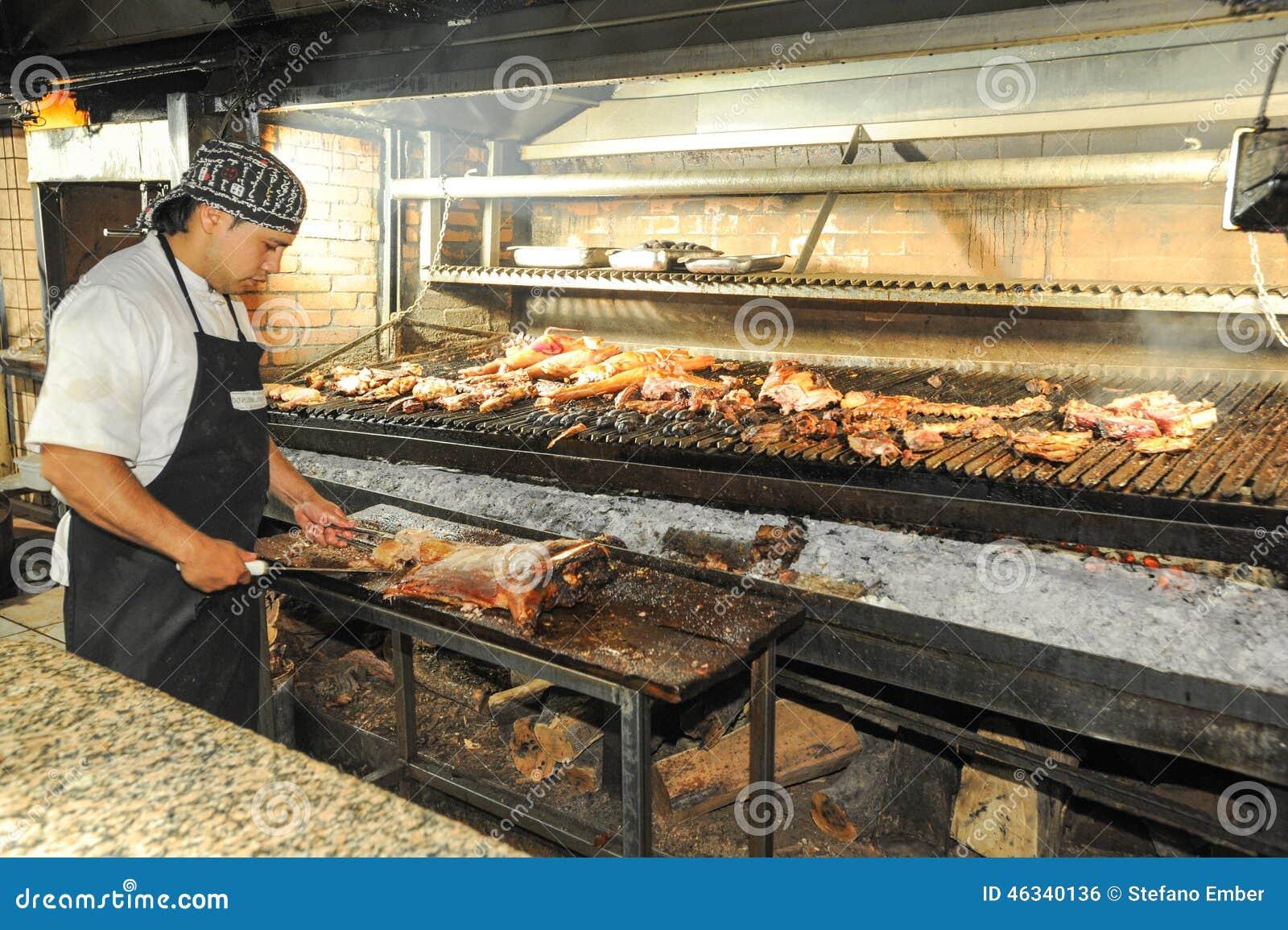 Kok Op De Bbq Grill Bij Een Restaurant Van Mendoza