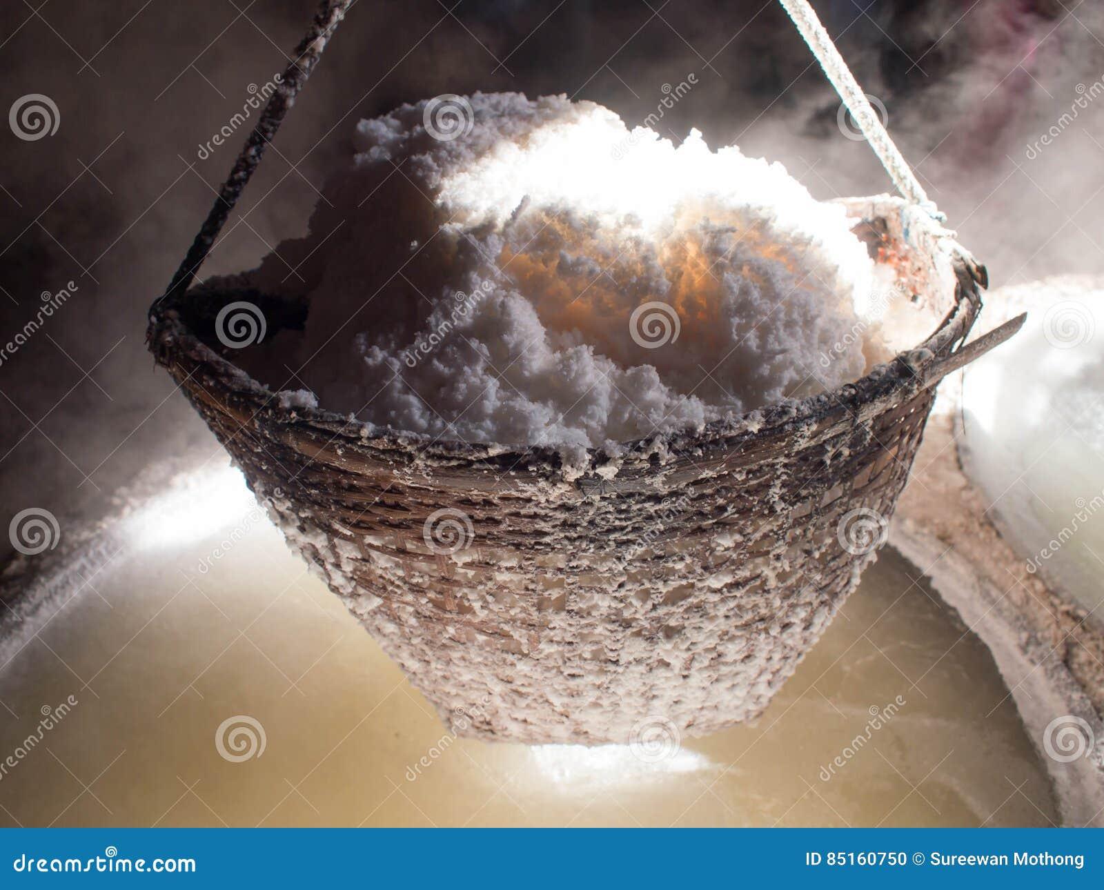 Kokend rotszout, gekristalliseerd zout van gekookt zoutwater aan Dr.