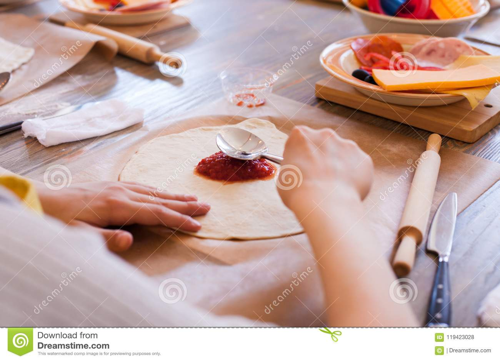 Kokende culinaire klasse, voedsel en mensenconcept, Desktop die klaar voor het werk, ingrediënten voor Italiaanse pizza worden Jo