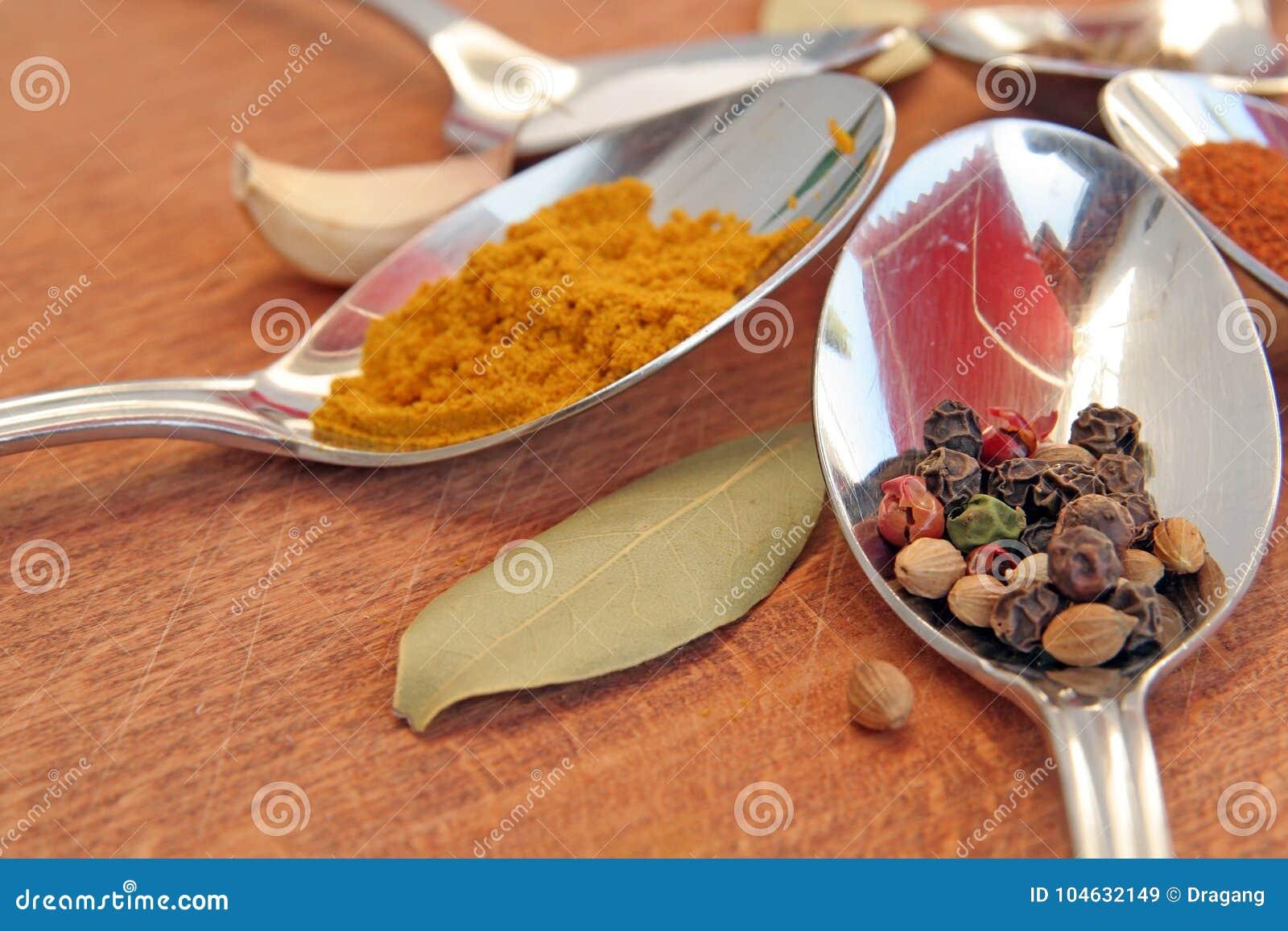 Download Kokende Kruiden Voedselkruiden Kruiden In Theelepeltjes Stock Afbeelding - Afbeelding bestaande uit kerrie, gezond: 104632149