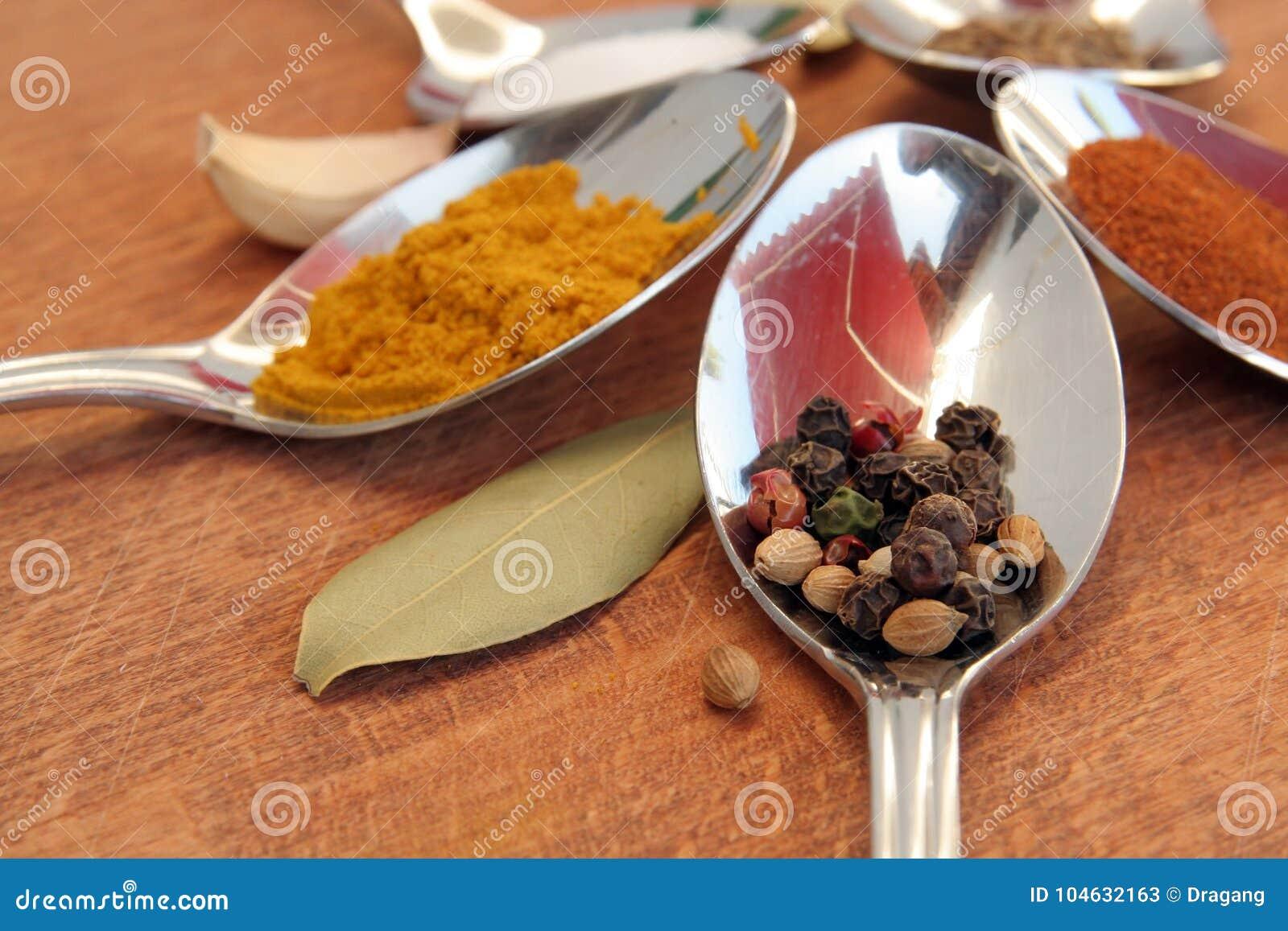 Download Kokende Kruiden Voedselkruiden Kruiden In Theelepeltjes Stock Afbeelding - Afbeelding bestaande uit groen, kleurrijk: 104632163