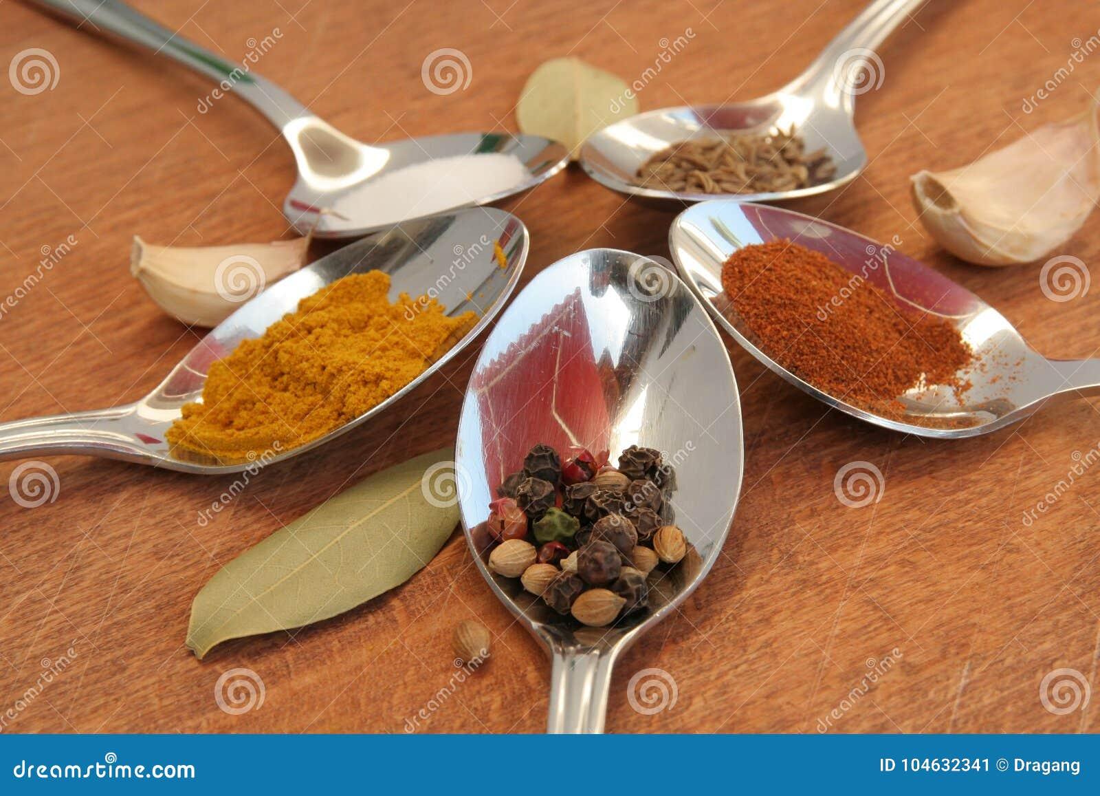 Download Kokende Kruiden Voedselkruiden Kruiden In Theelepeltjes Stock Afbeelding - Afbeelding bestaande uit kleurrijk, sluit: 104632341