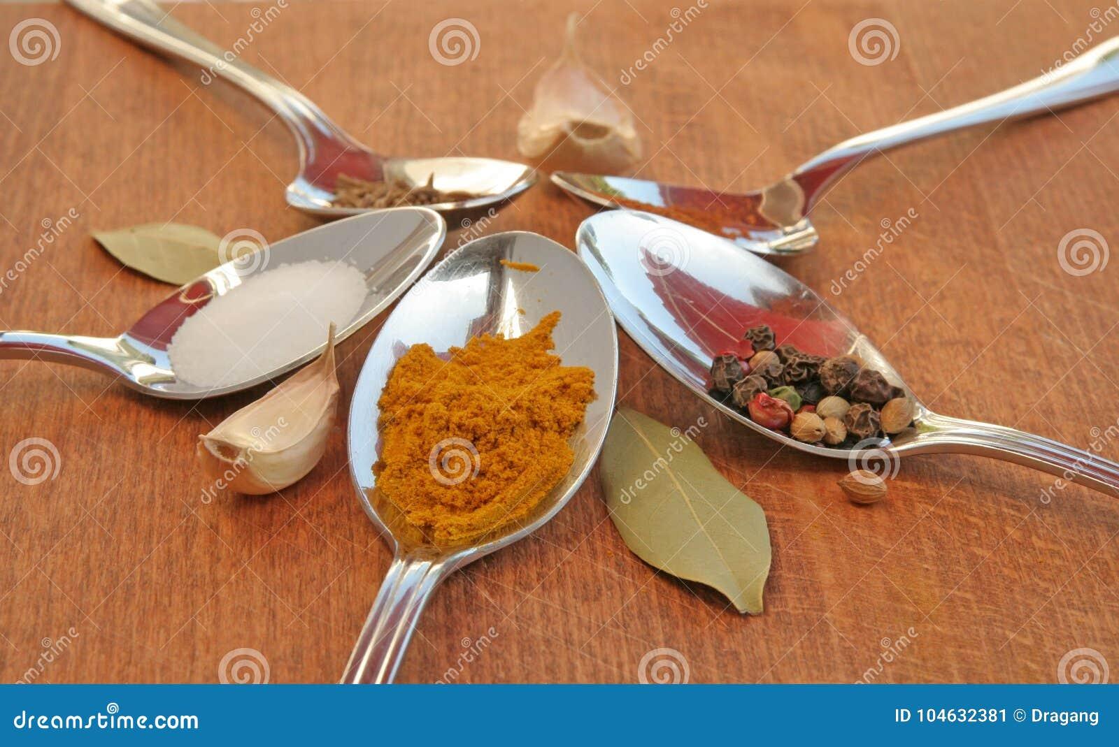Download Kokende Kruiden Voedselkruiden Kruiden In Theelepeltjes Stock Afbeelding - Afbeelding bestaande uit cayennepeper, zwart: 104632381