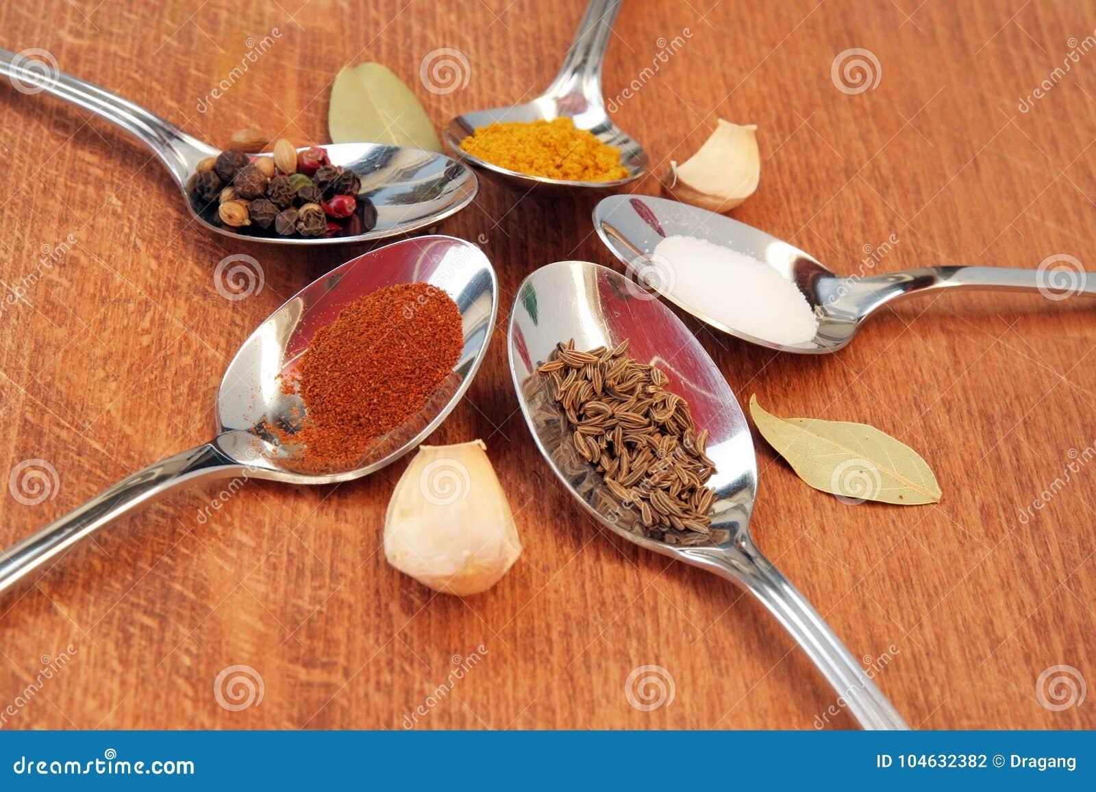 Download Kokende Kruiden Voedselkruiden Kruiden In Theelepeltjes Stock Foto - Afbeelding bestaande uit indisch, donker: 104632382
