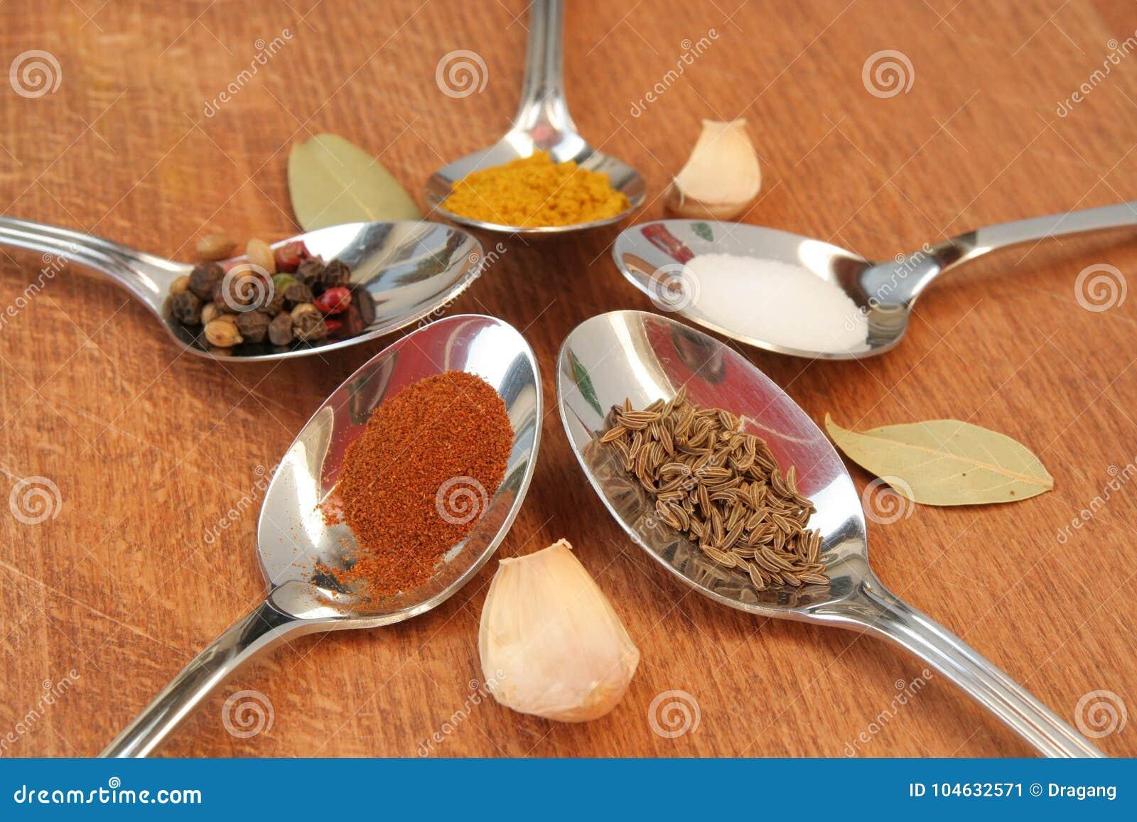 Download Kokende Kruiden Voedselkruiden Kruiden In Theelepeltjes Stock Afbeelding - Afbeelding bestaande uit paprika, vers: 104632571
