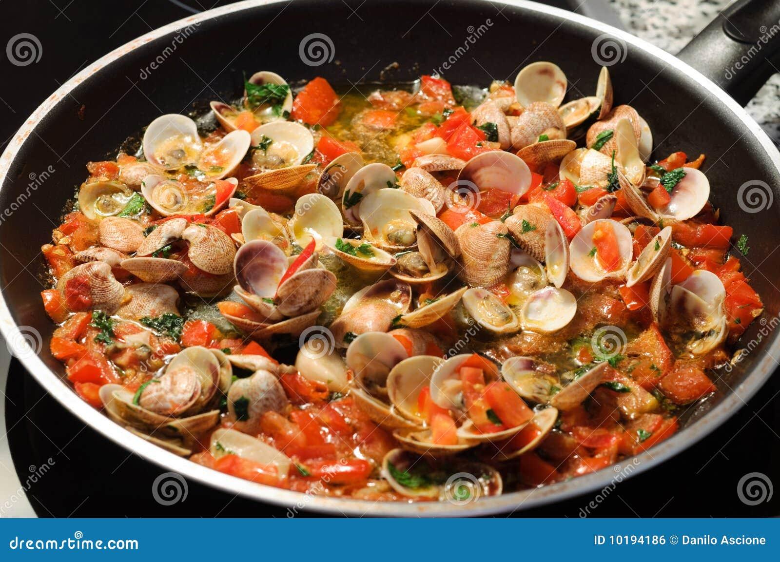 Kokende tweekleppige schelpdieren stock foto afbeelding for Como cocinar almejas