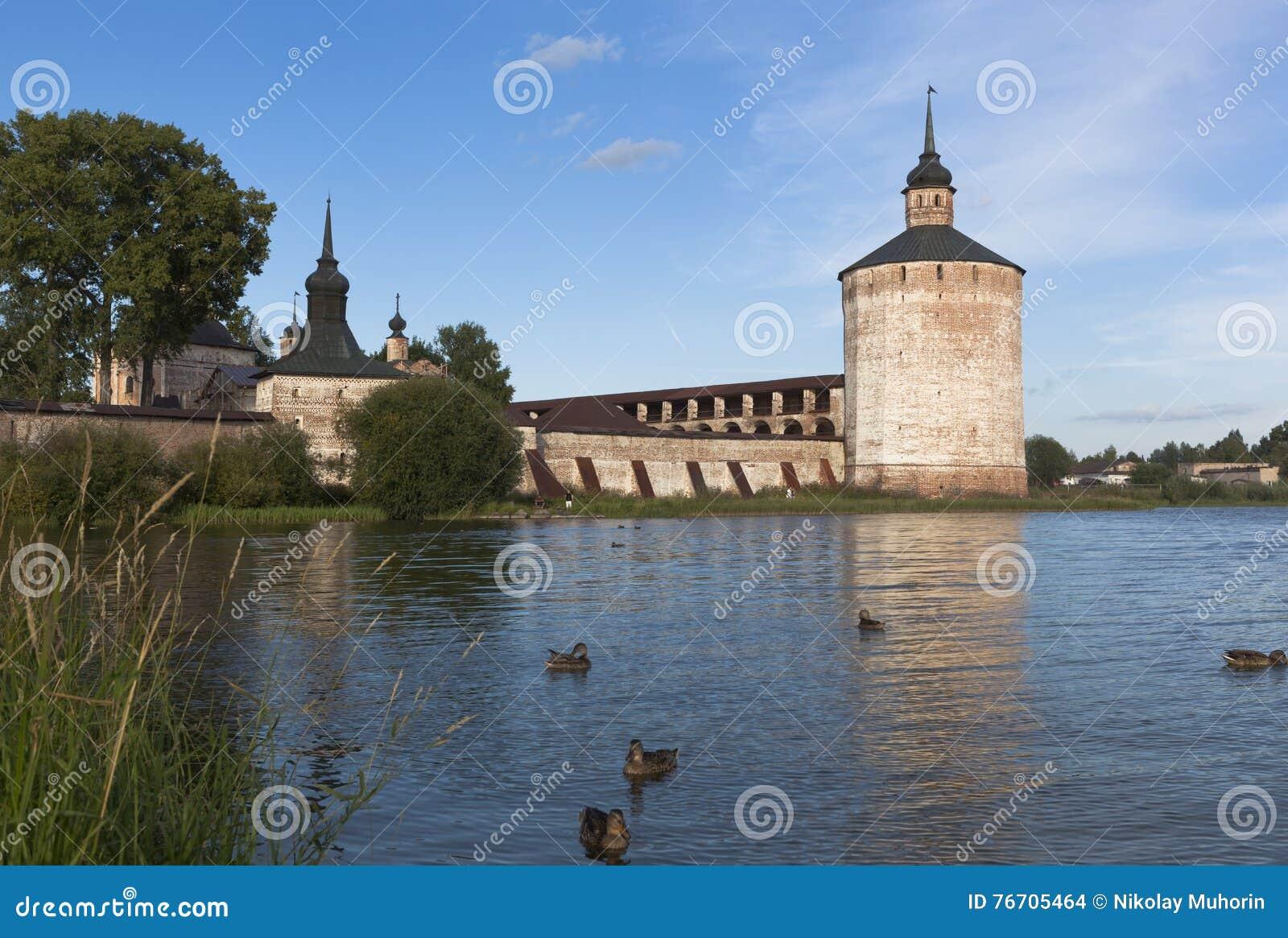 Kokkärl- och hovslagaretornCyril Belozersky kloster Stad Kirillov, Vologda region, Ryssland