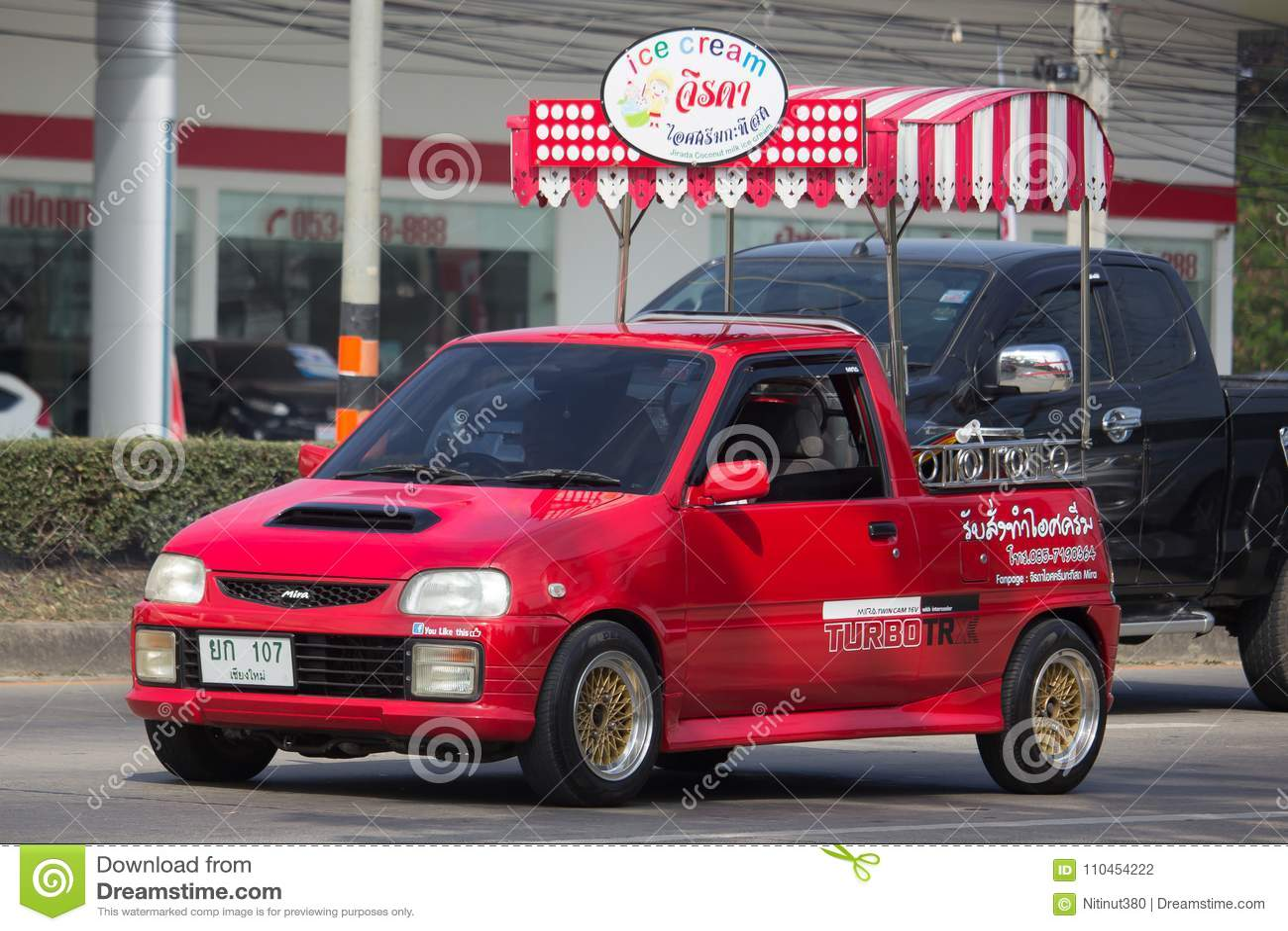 KokosnötIcecream shoppar på Daihatsu Mira Mini Truck