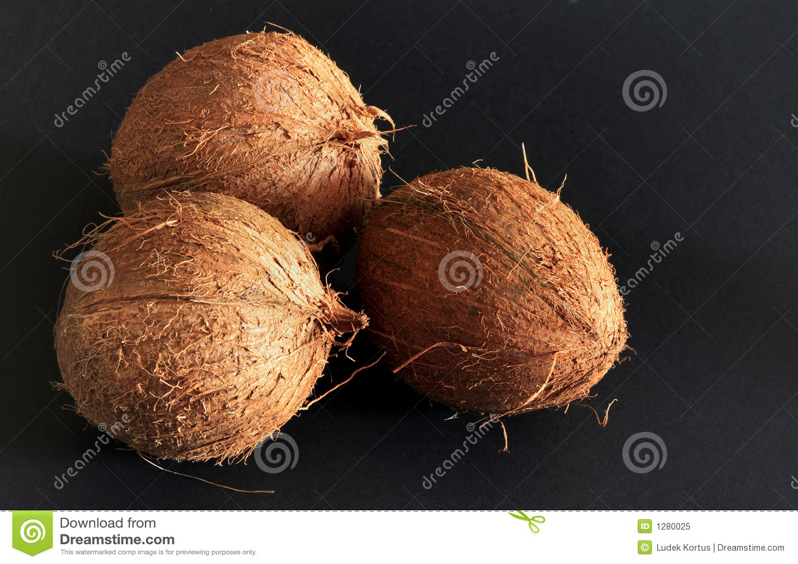 Kokosnüsse auf dem schwarzen Hintergrund