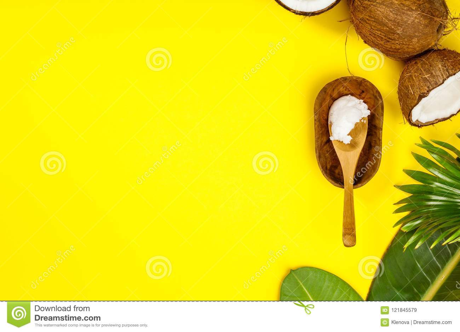 Kokosnotenolie, tropische bladeren en verse kokosnoten