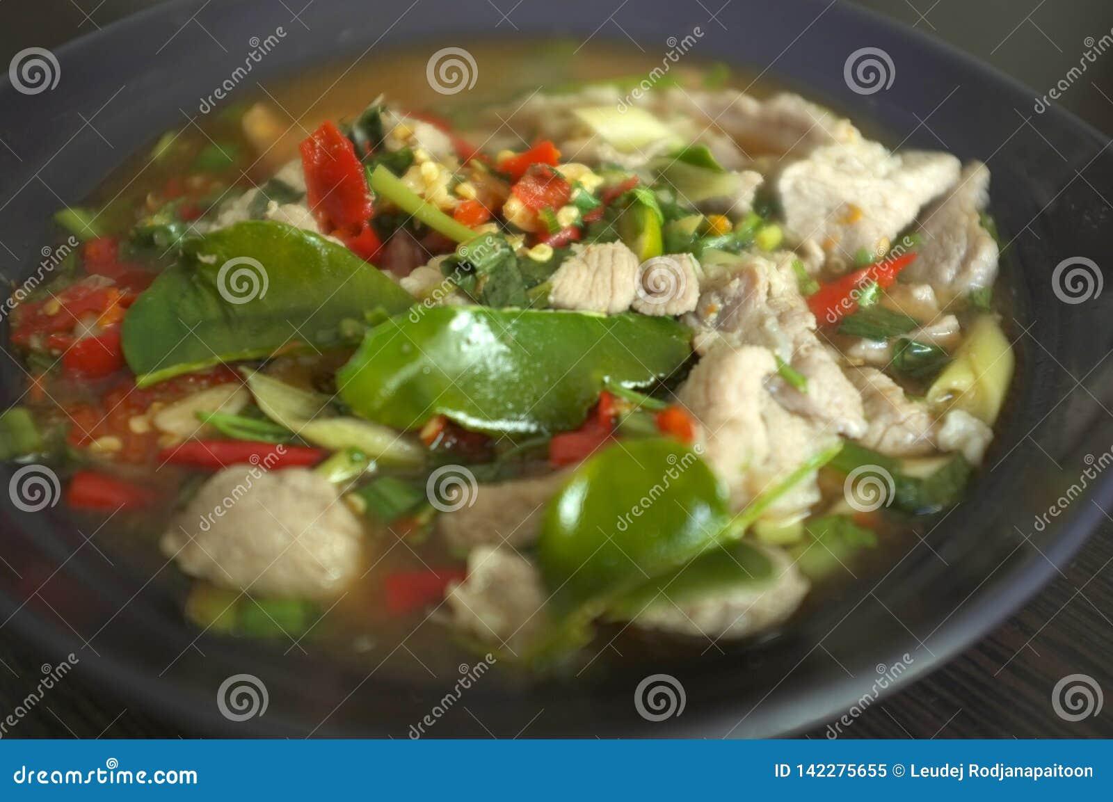 Kokt griskött med limefruktvitlök och Chili Sauce (Moo Ma nao