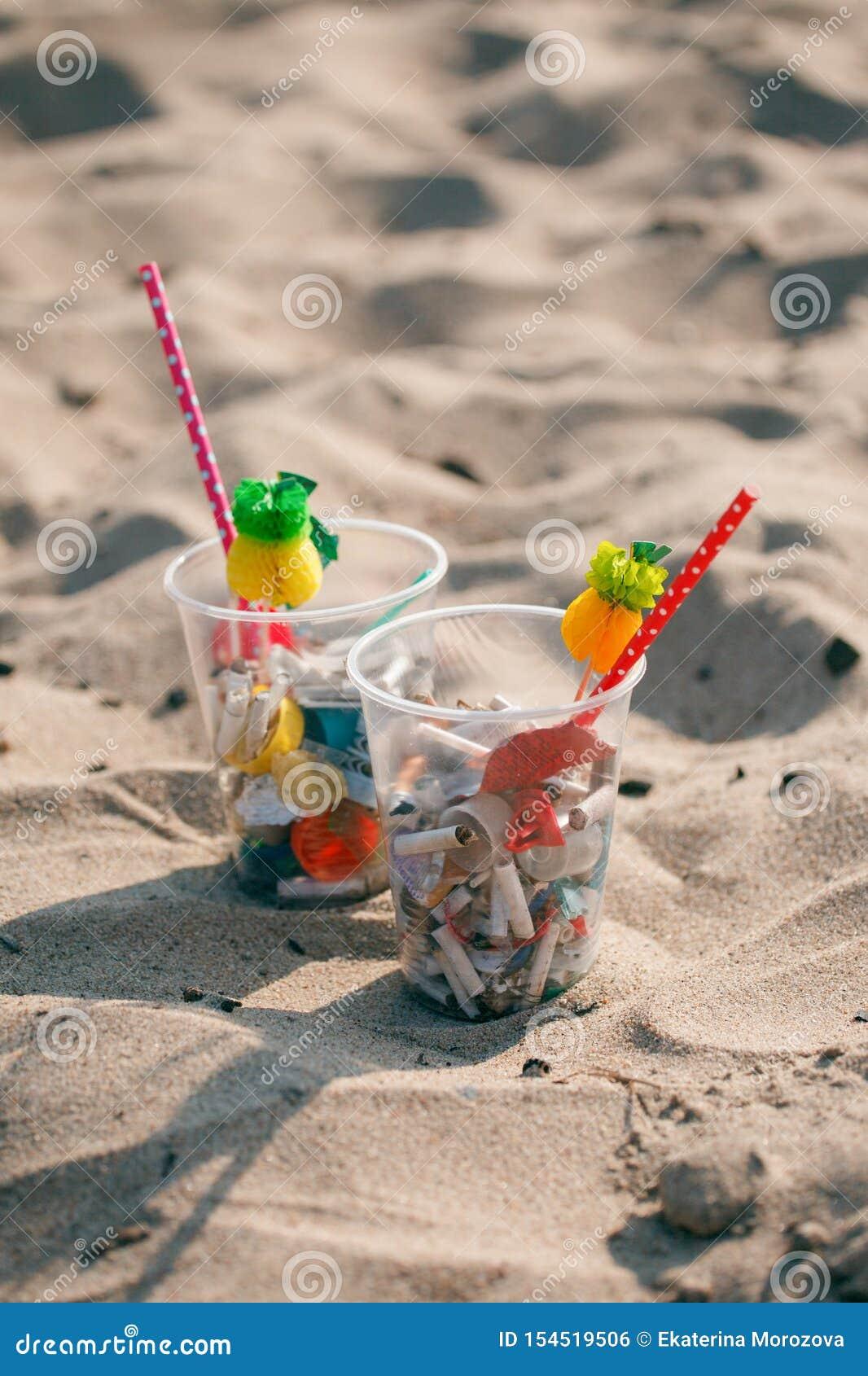 Koktajl z śmieciarskim i tropikalnym wystrojem na czystej plaży Plastikowy oceanu zanieczyszczenie, środowiskowy kryzys Mówić nie