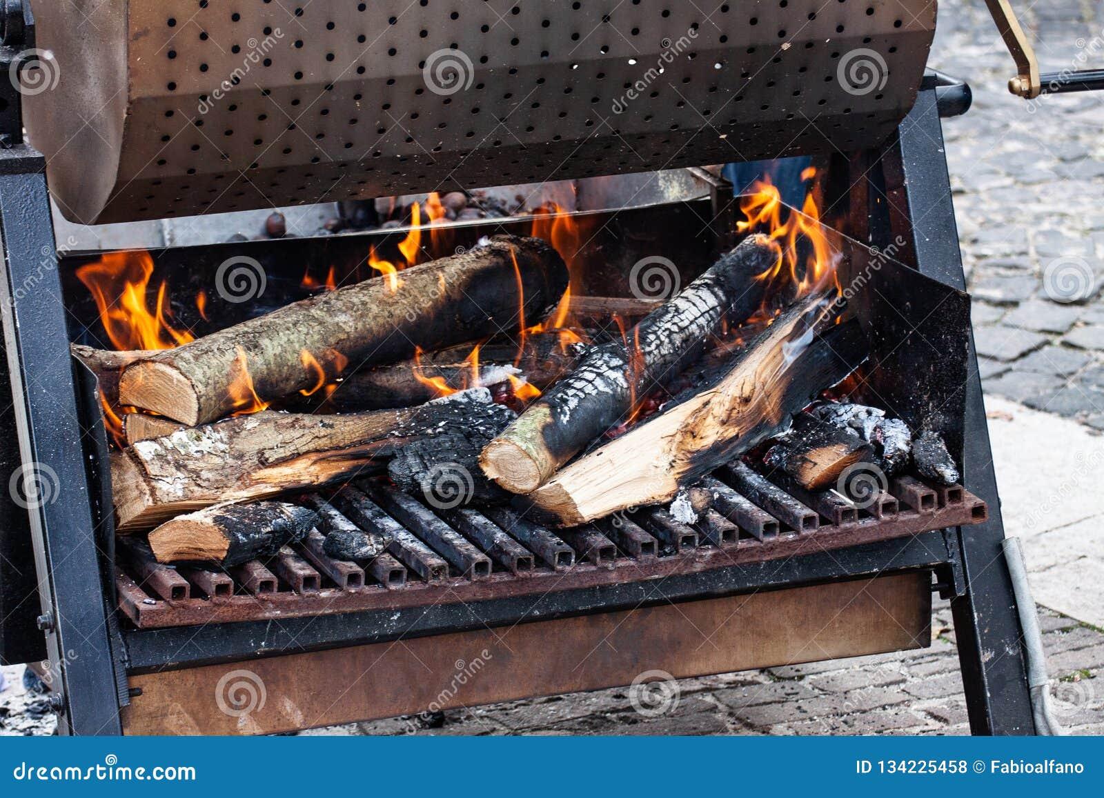 Kol och vedträ på brand