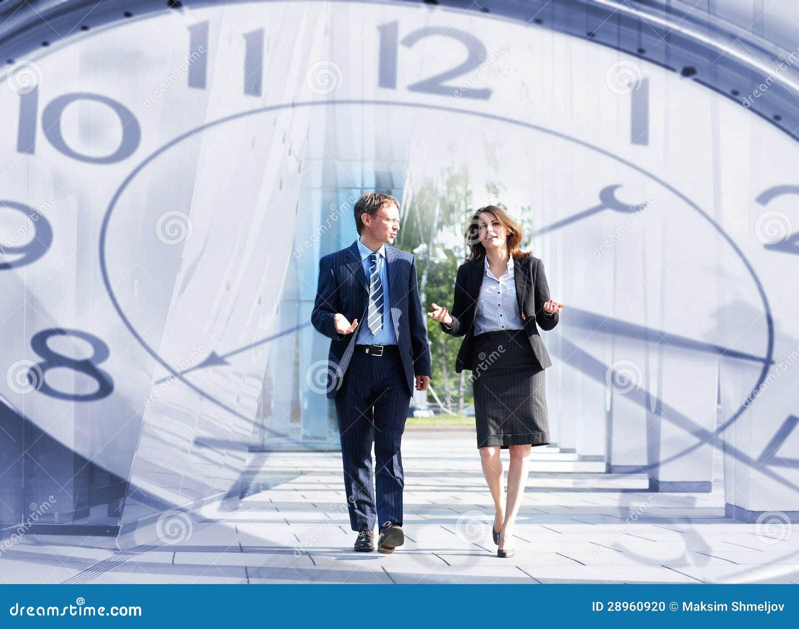 Kolaż czasu pojęcie i kilka biznesowe osoby